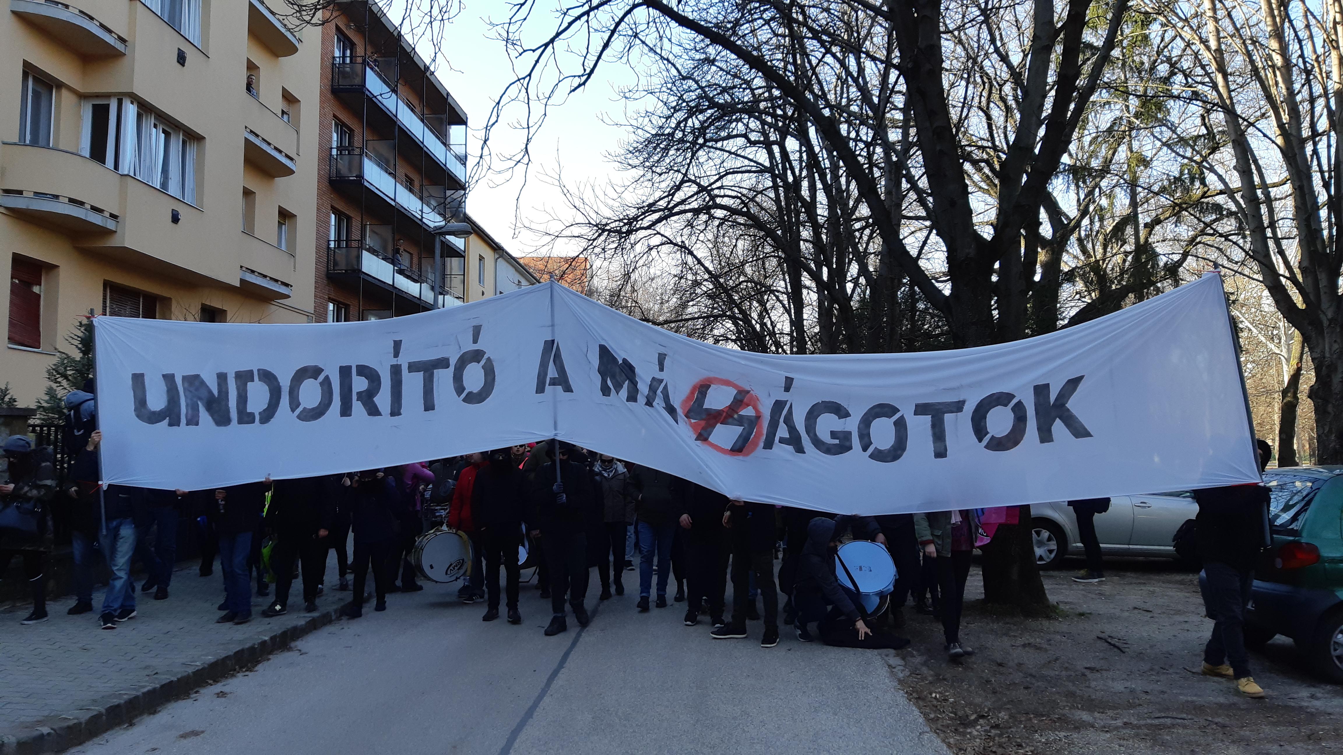 Civilek, cigányok, balos dobosok és nácik: elindultak a Becsület-napi odavissza tüntetések a Városmajorban