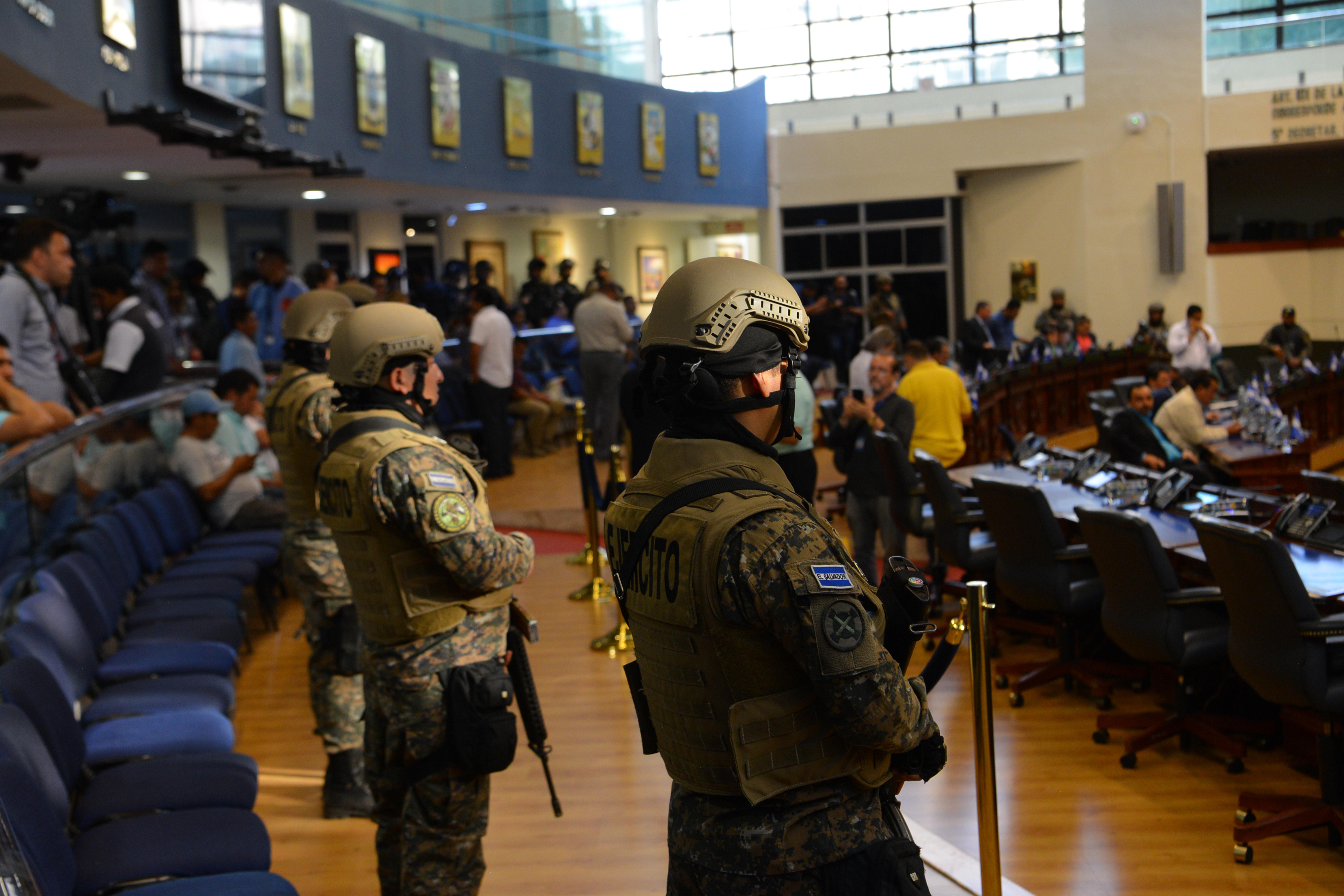 Állig felfegyverkezett rendőrök szállták meg a salvadori parlamentet