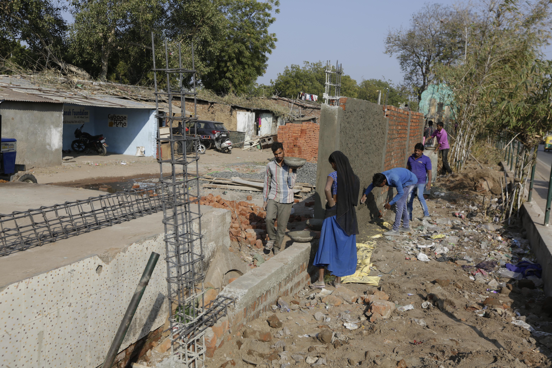 Fallal takarják el a nyomornegyedet Trump elől Indiában