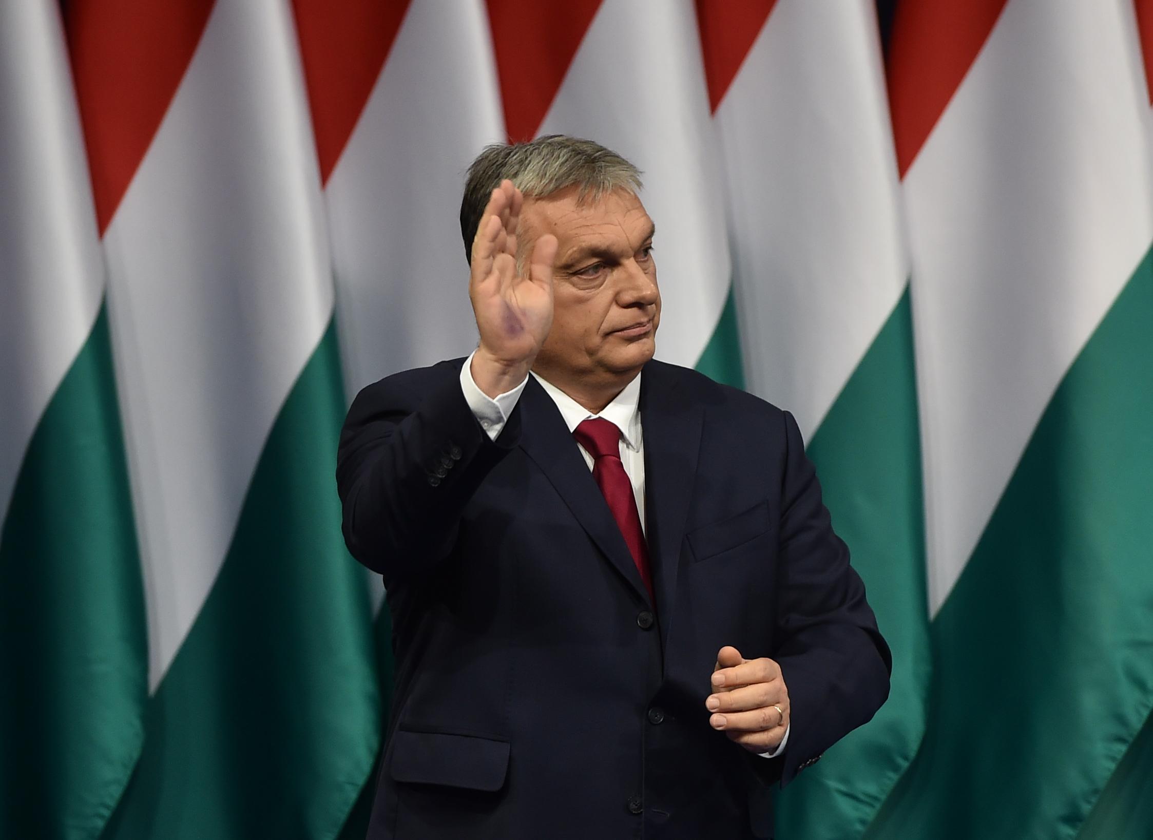 Kékes-lilás folt volt látható Orbán Viktor mindkét tenyerén az évértékelő beszéd alatt
