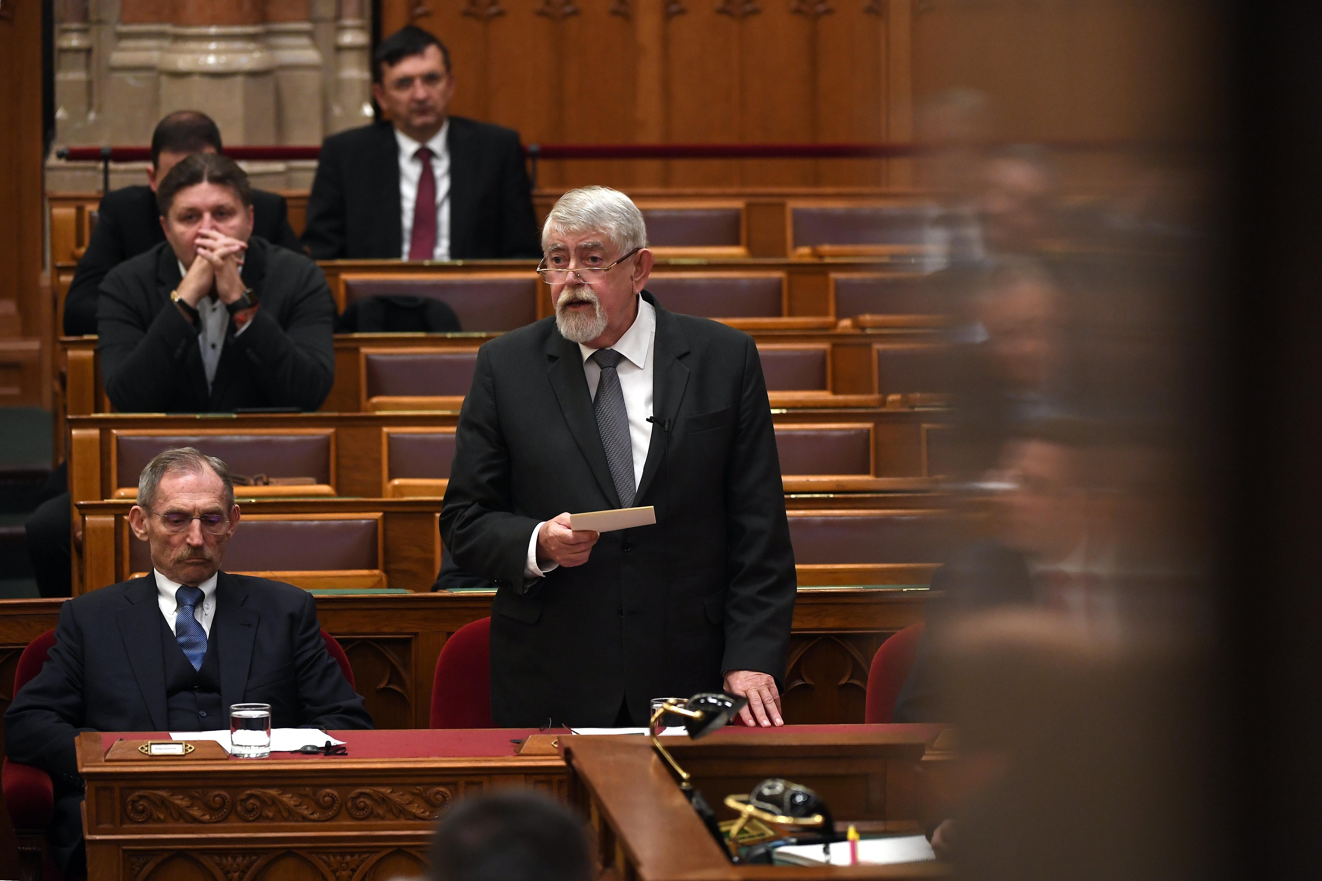 """Kásler szerint az MSZP halálesetek történeteivel """"szórakoztatja"""" a parlamentet, az ellenzék a lemondását követeli"""