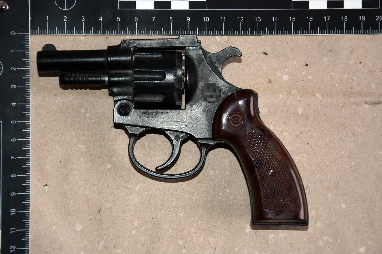 Egy 16 éves fiú fegyvert fogott egy kecskeméti taxisra, aki erre elvette a pisztolyt, és kiszállította a kocsiból az utasát