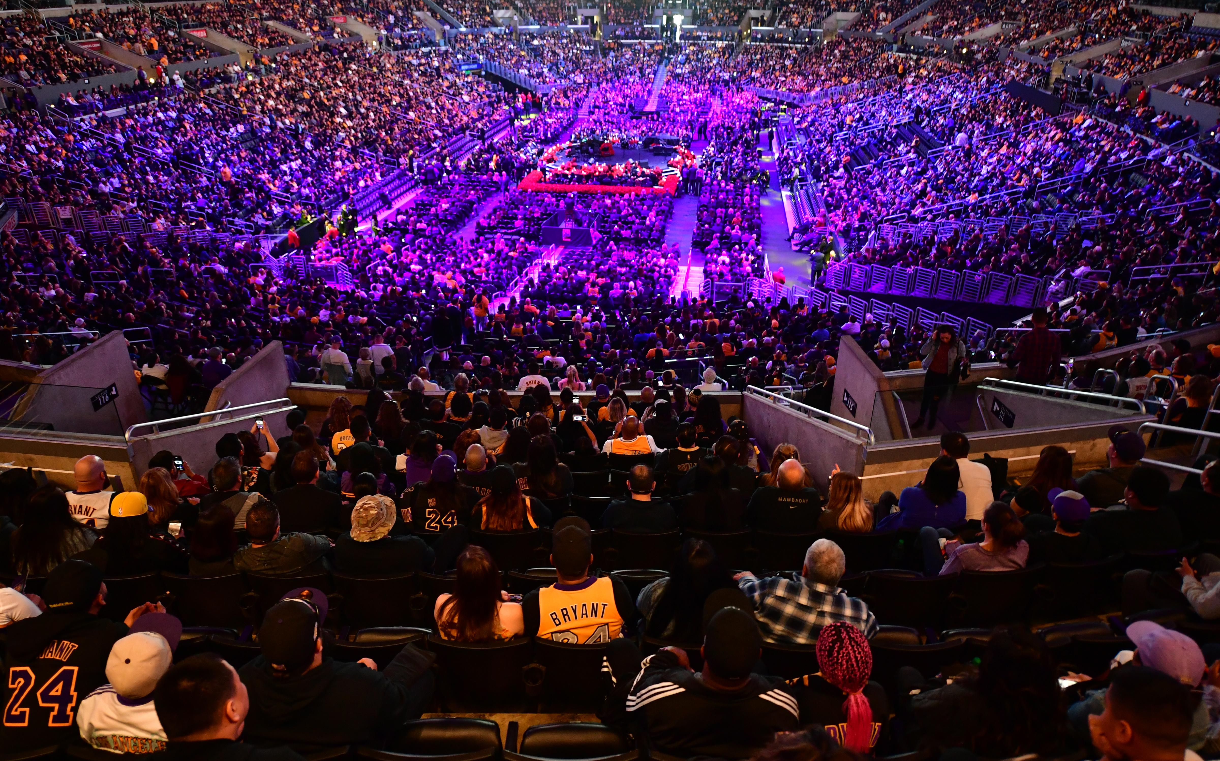 Több tízezren emlékeztek Kobe Bryantre, Michael Jordan könnyes szemmel mondott beszédet