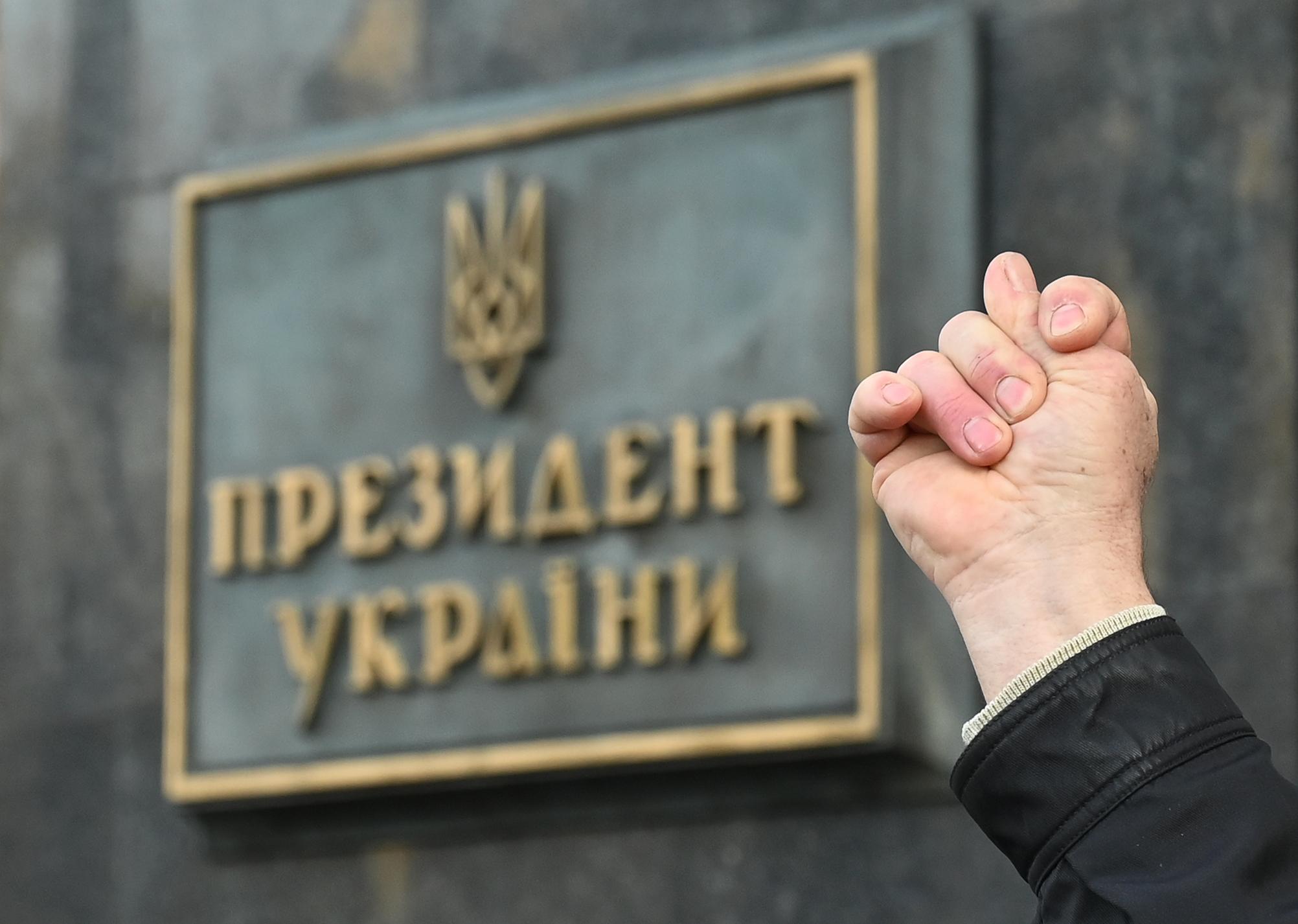 Felgyújtotta magát egy férfi az ukrán elnök hivatala előtt