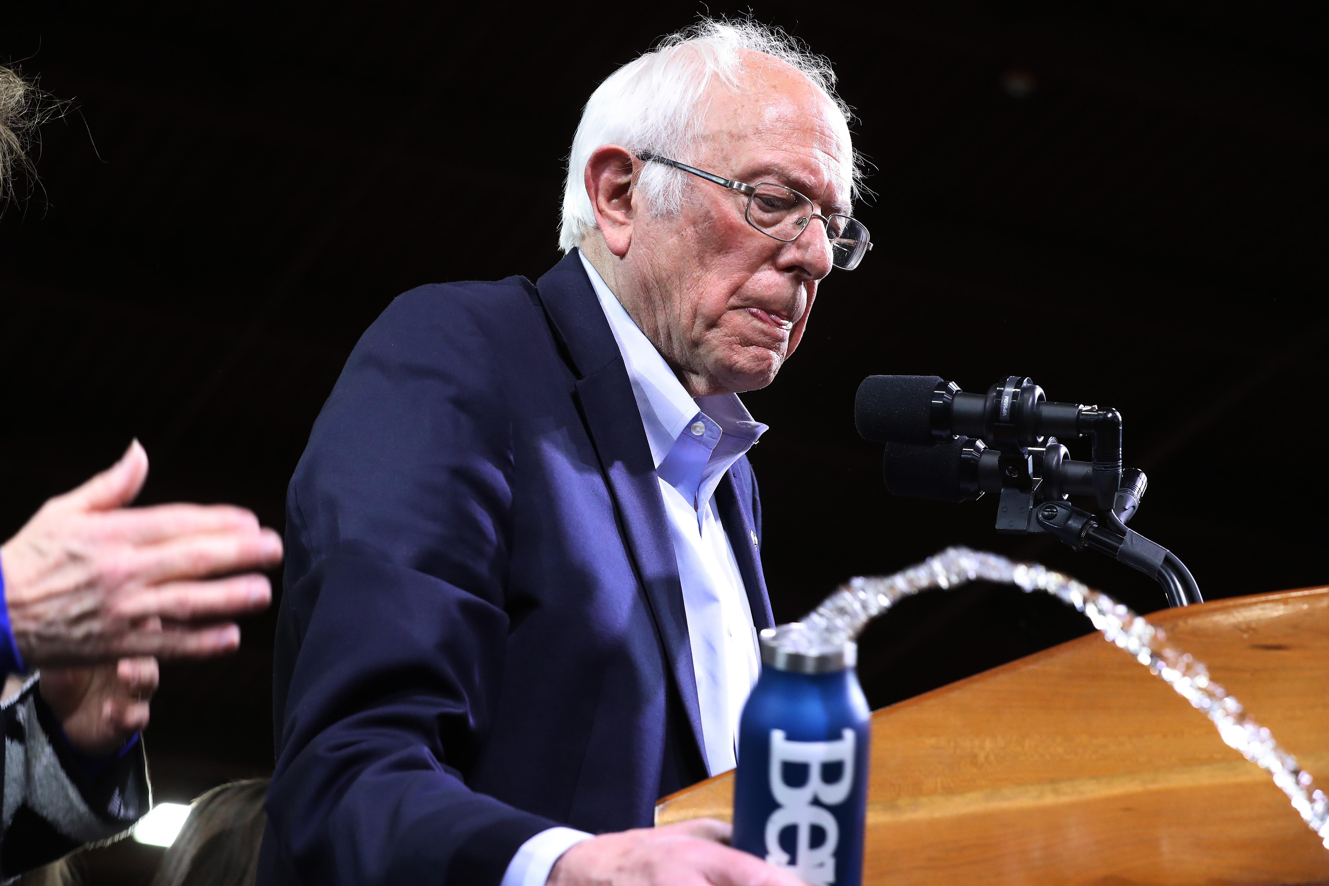 Bernie Sanders kiszáll az elnökjelöltségért folyó harcból