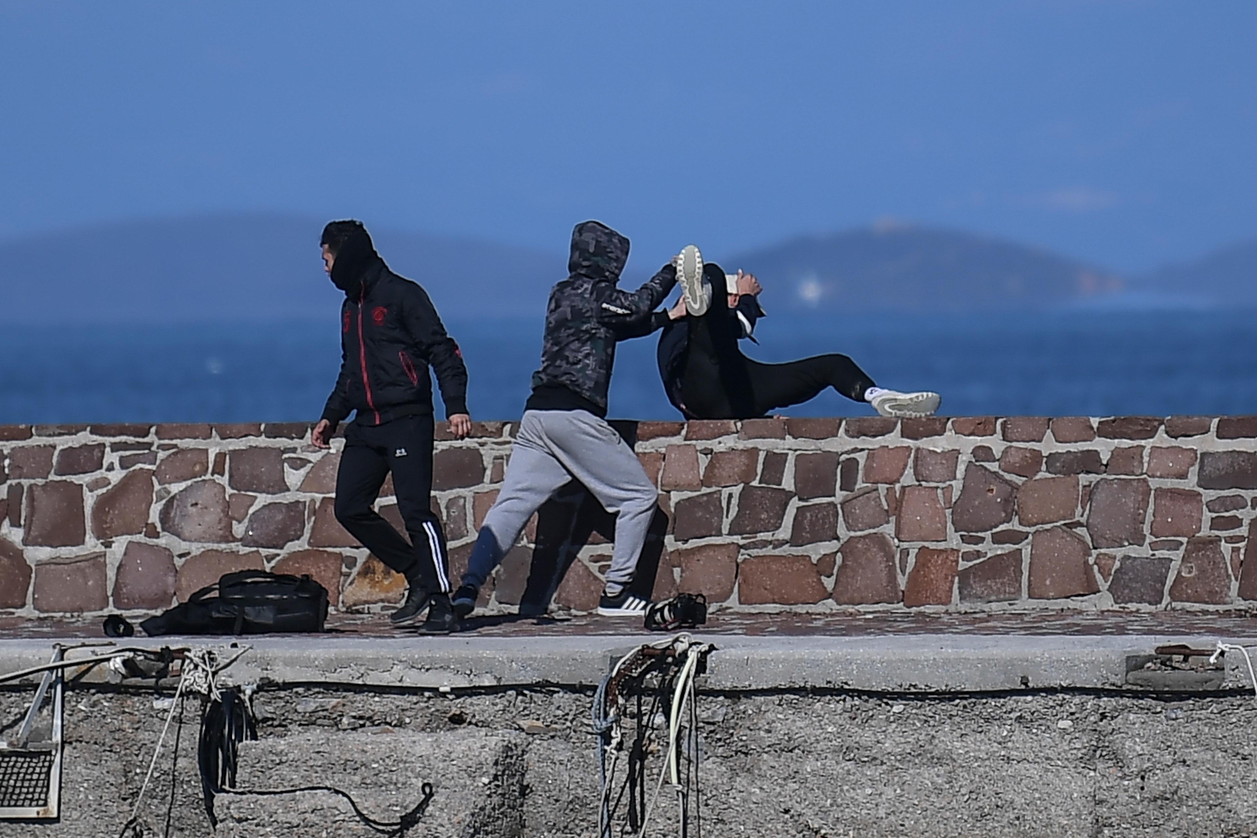 Fasiszta csoportok kereszttüzébe kerültek, sorra hagyják el Leszboszt a menekülteket segítő civilek