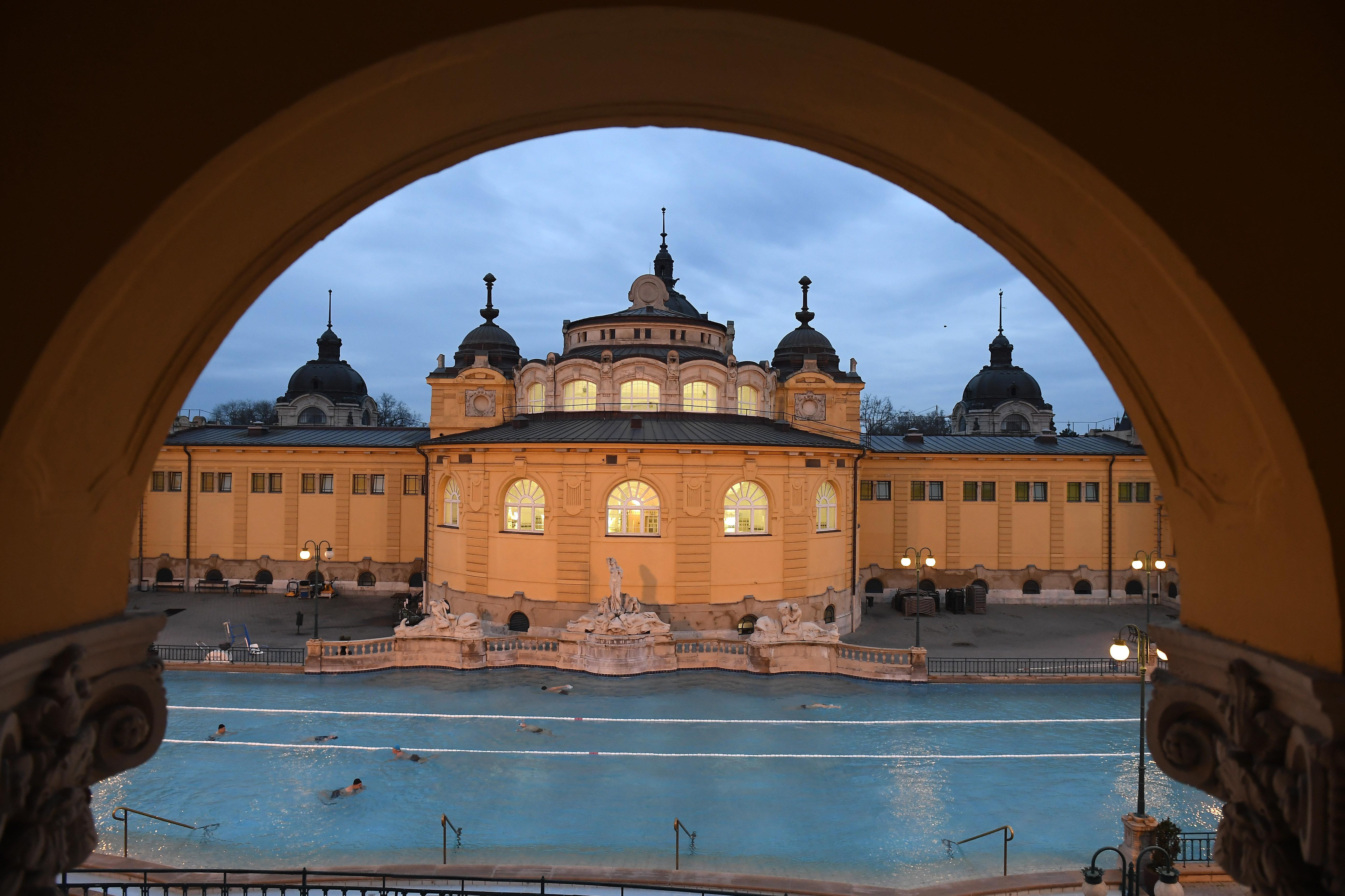 A Széchenyi fürdő elbontott öltözői miatt húszmillió forint örökségvédelmi bírságot kell fizetnie az üzemeltetőnek