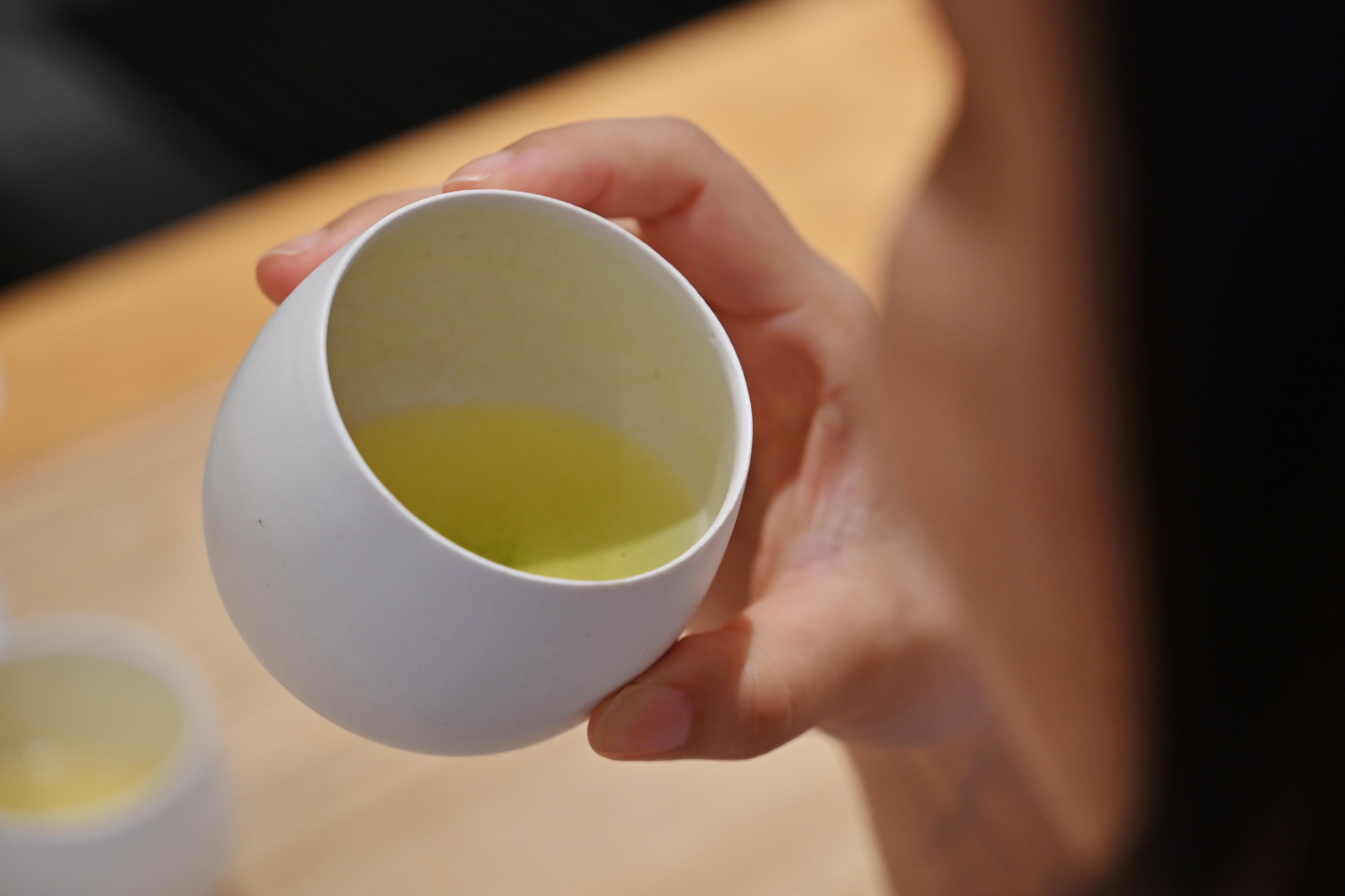 Nem alkalmaznak több teafelszolgáló nőt egy japán prefektúra hivatalaiban