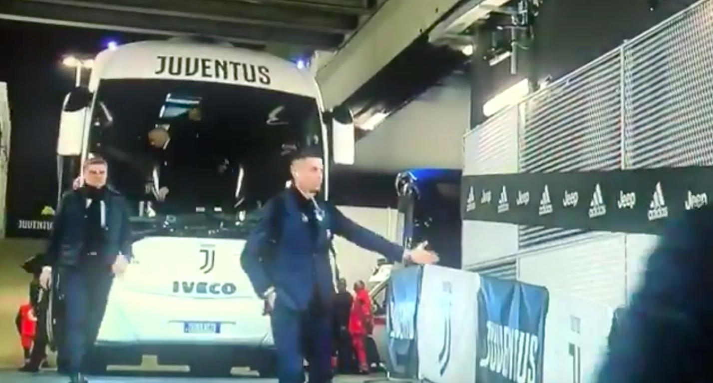 Cristiano Ronaldo lepacsizott a láthatatlan rajongókkal a zárt kapus Juventus-Inter meccs előtt