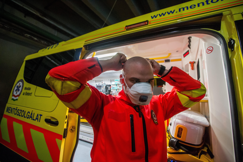 A mentők már nem tudják tartani a koronavírus-tesztek 24 órás határidejét