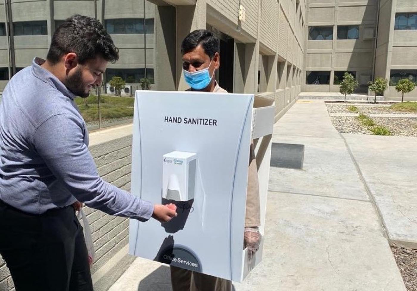 Kézfertőtlenítőnek öltöztettek be egy vendégmunkást a szaúdi olajvállalat központjában