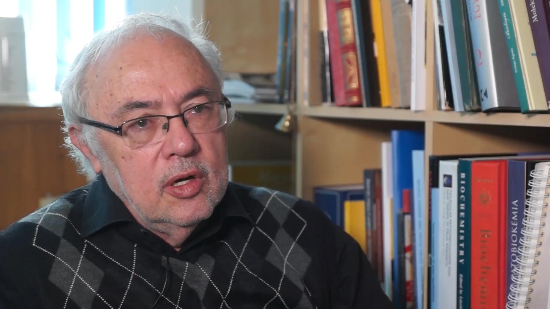 Falus András immunológus szerint súlyos szakmai hiba volt a 60 év felettiek kínai vakcinával való oltása