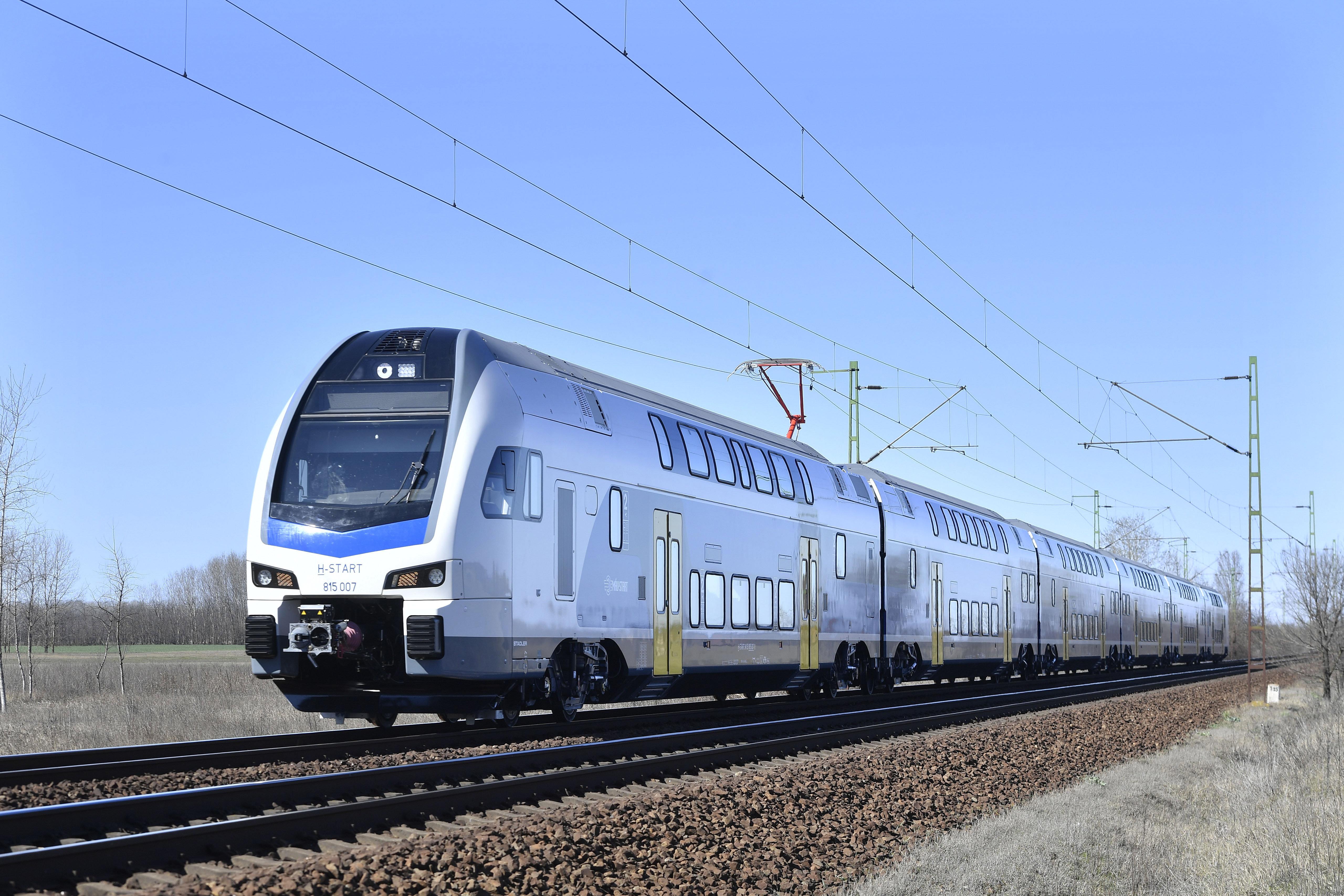 Elhagyta két kocsiját egy vonat Ócsa közelében