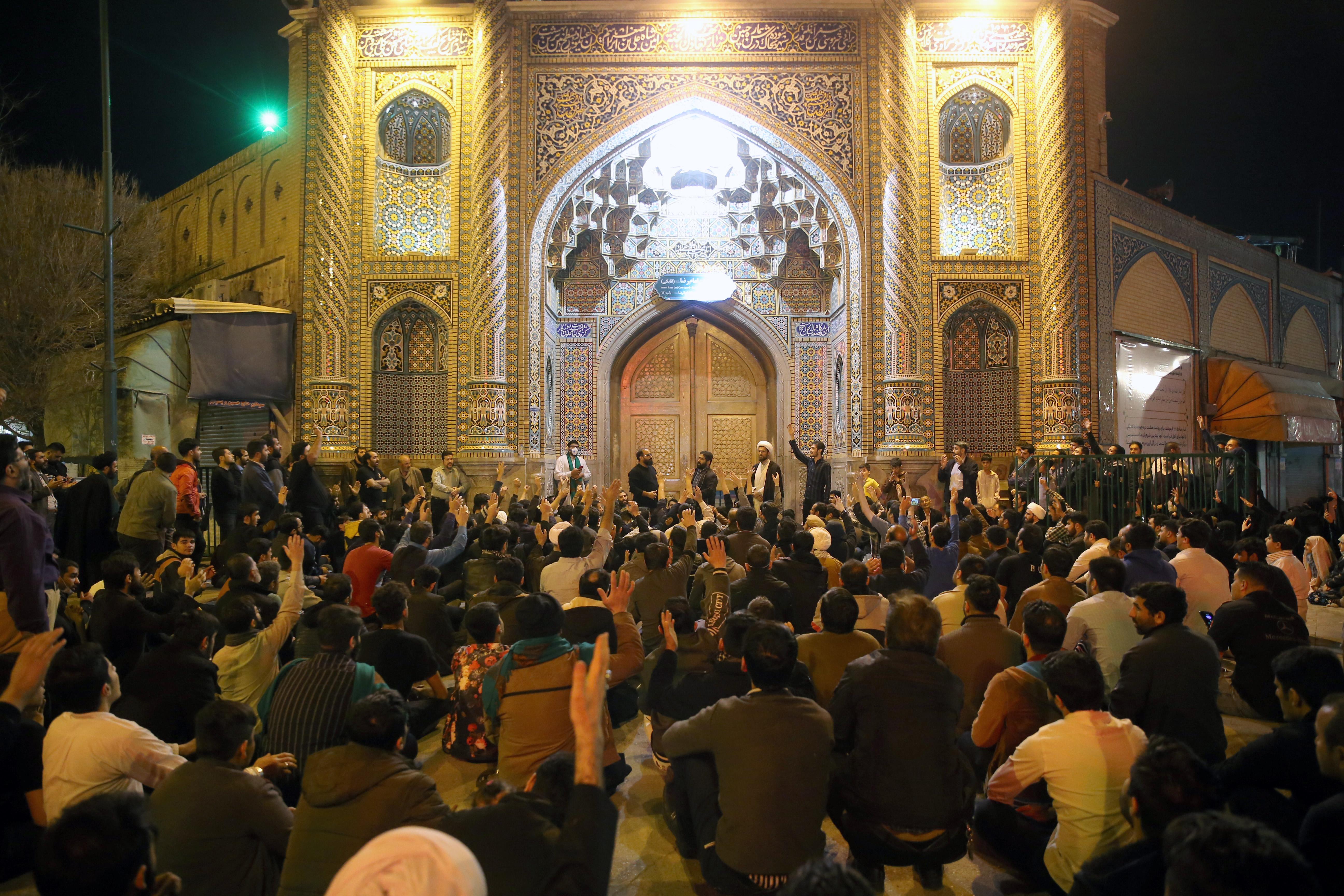 Muszlim hívők lezárt szentélyekbe törtek be Iránban, hogy imádkozhassanak