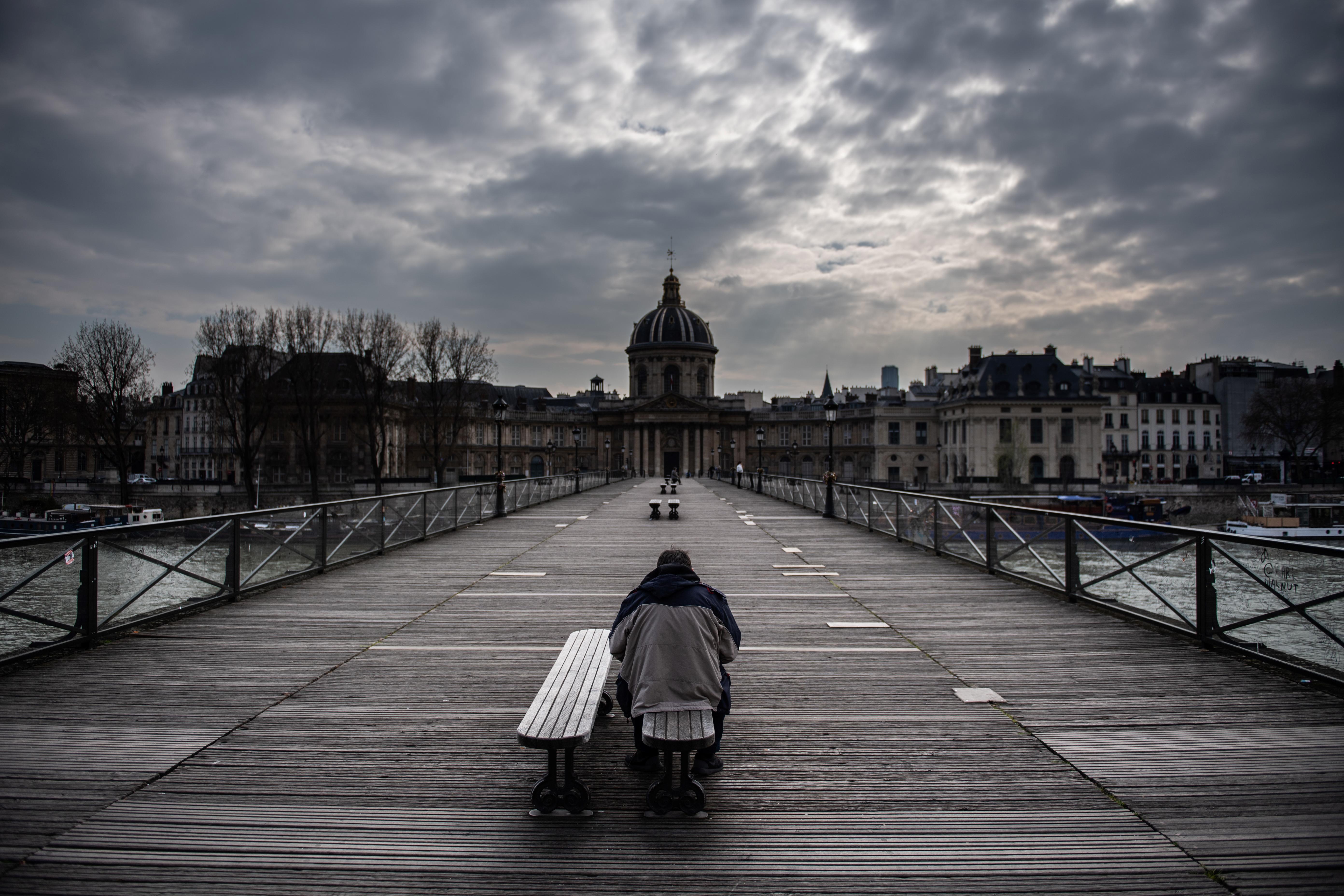 Több mint egymillió ember menekült el Párizsból a kijárási tilalom hírére, amit most hosszabbítottak meg 2 héttel