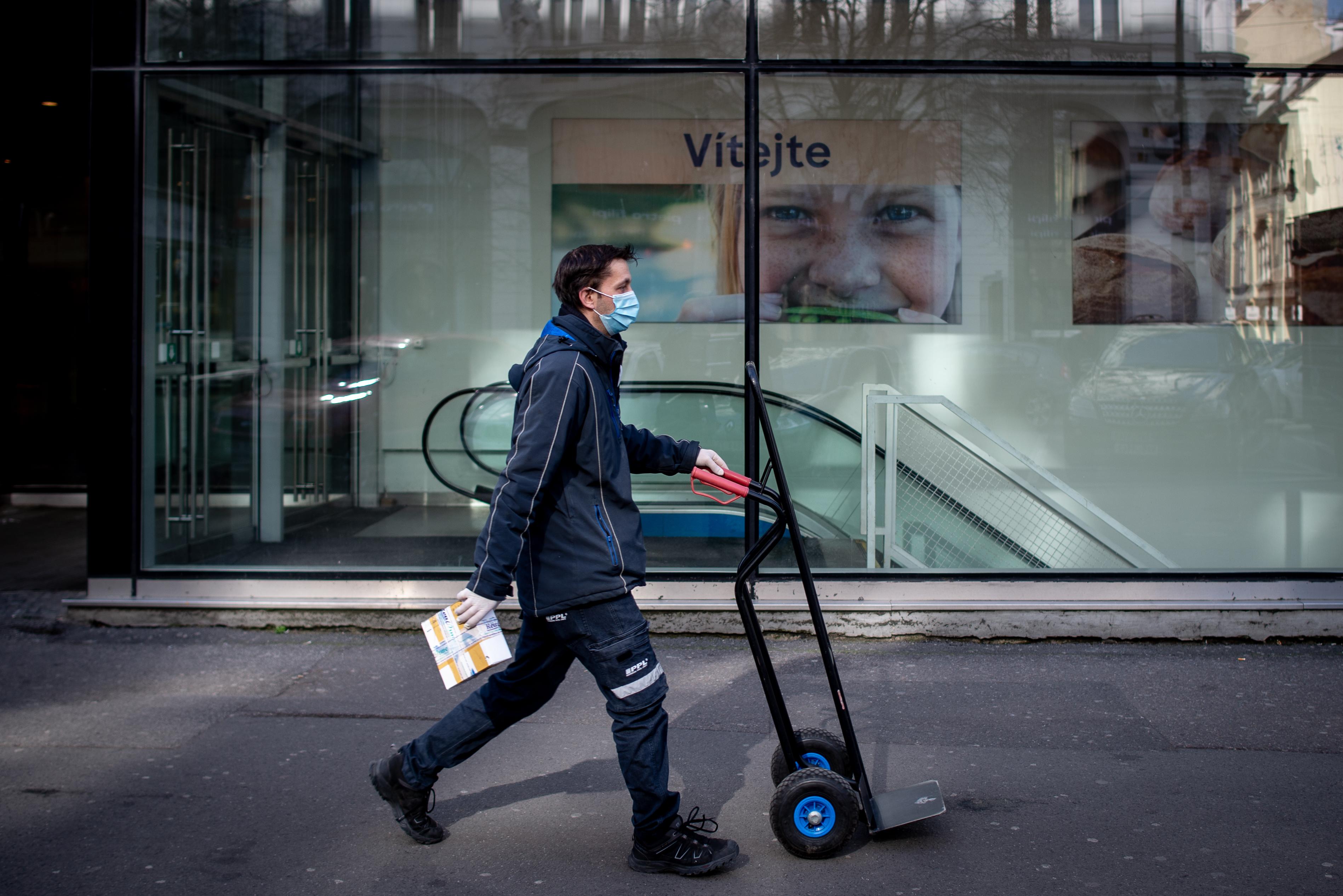 Csehországban kötelezővé teszik a maszk használatát beltéren