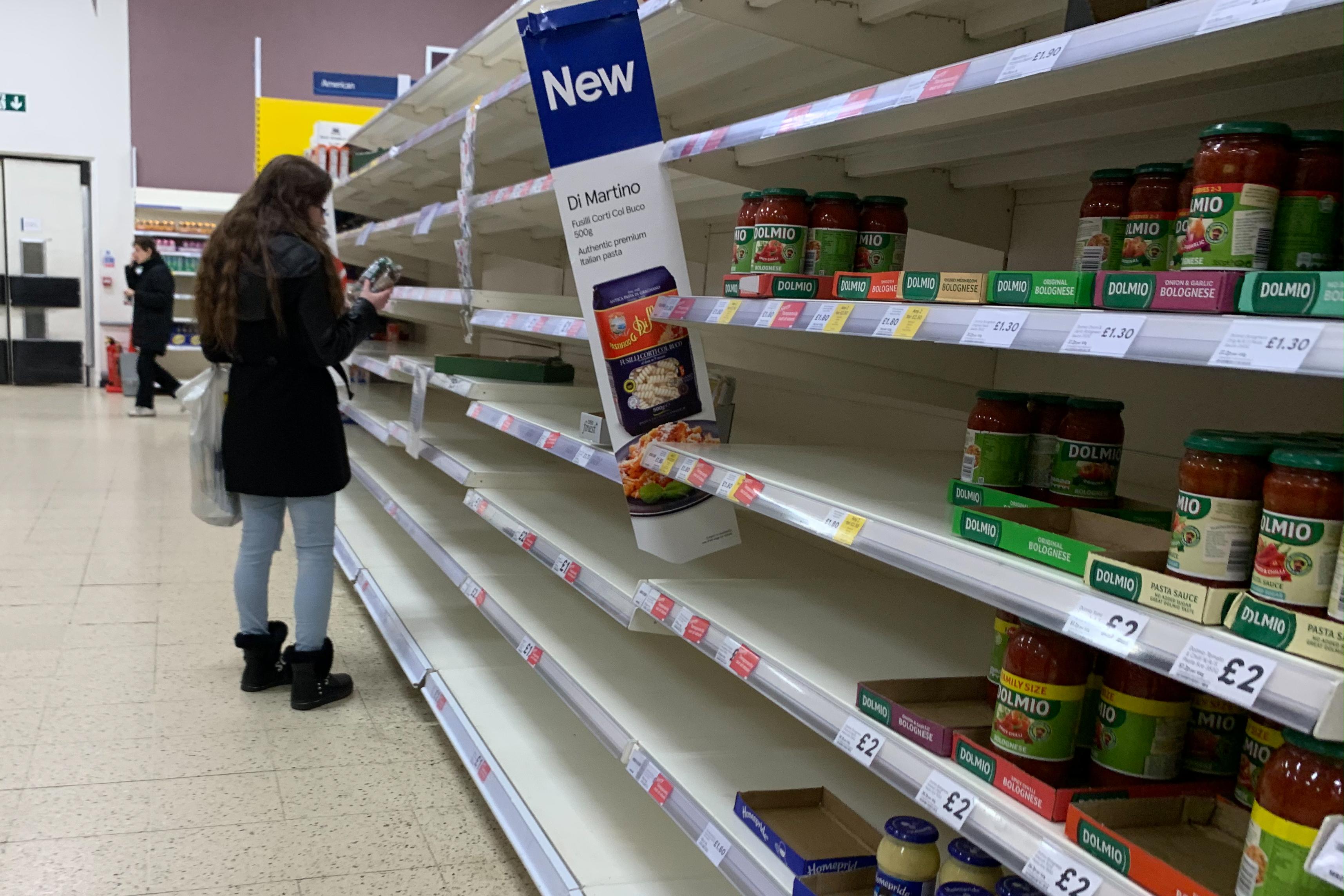 Korlátozzák a személyenként megvásárolható élelmiszer mennyiségét a brit szupermarketekben