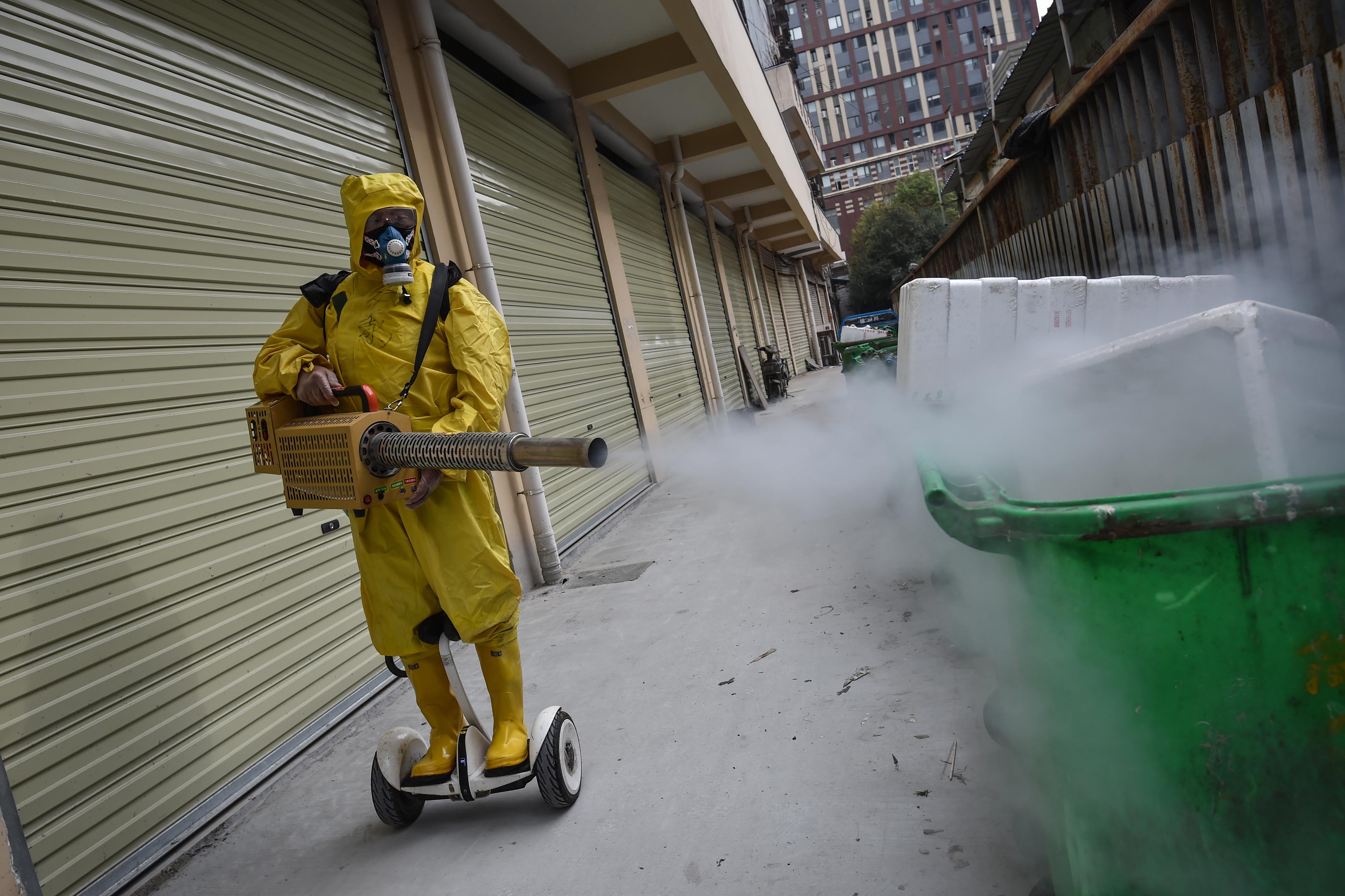 Kína szerint politikai manipuláció, hogy az USA a koronavírus eredetét firtatja