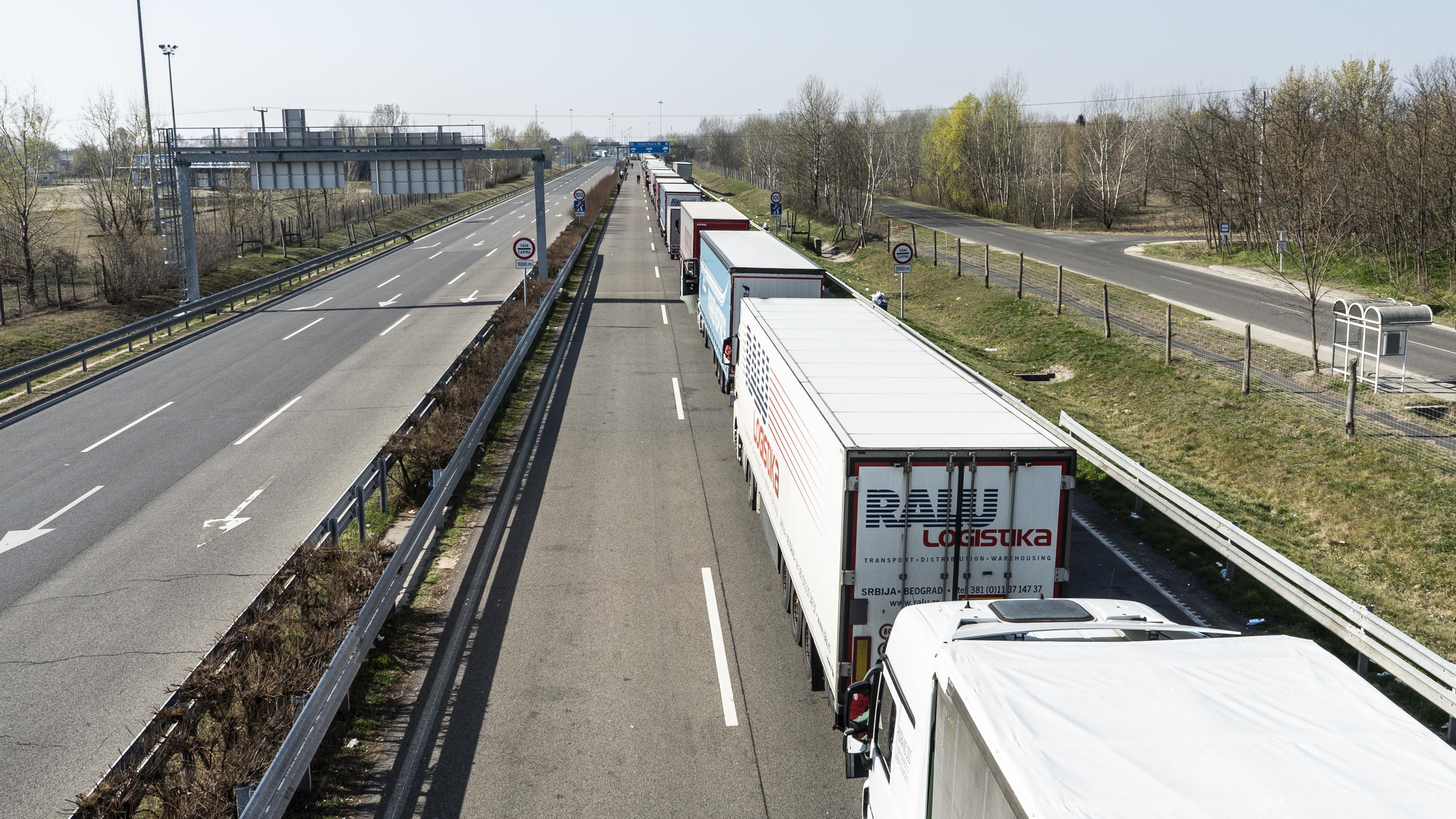 Szinte egy lélek sem jön át a röszkei határon, de kifelé két napot állnak a kamionosok