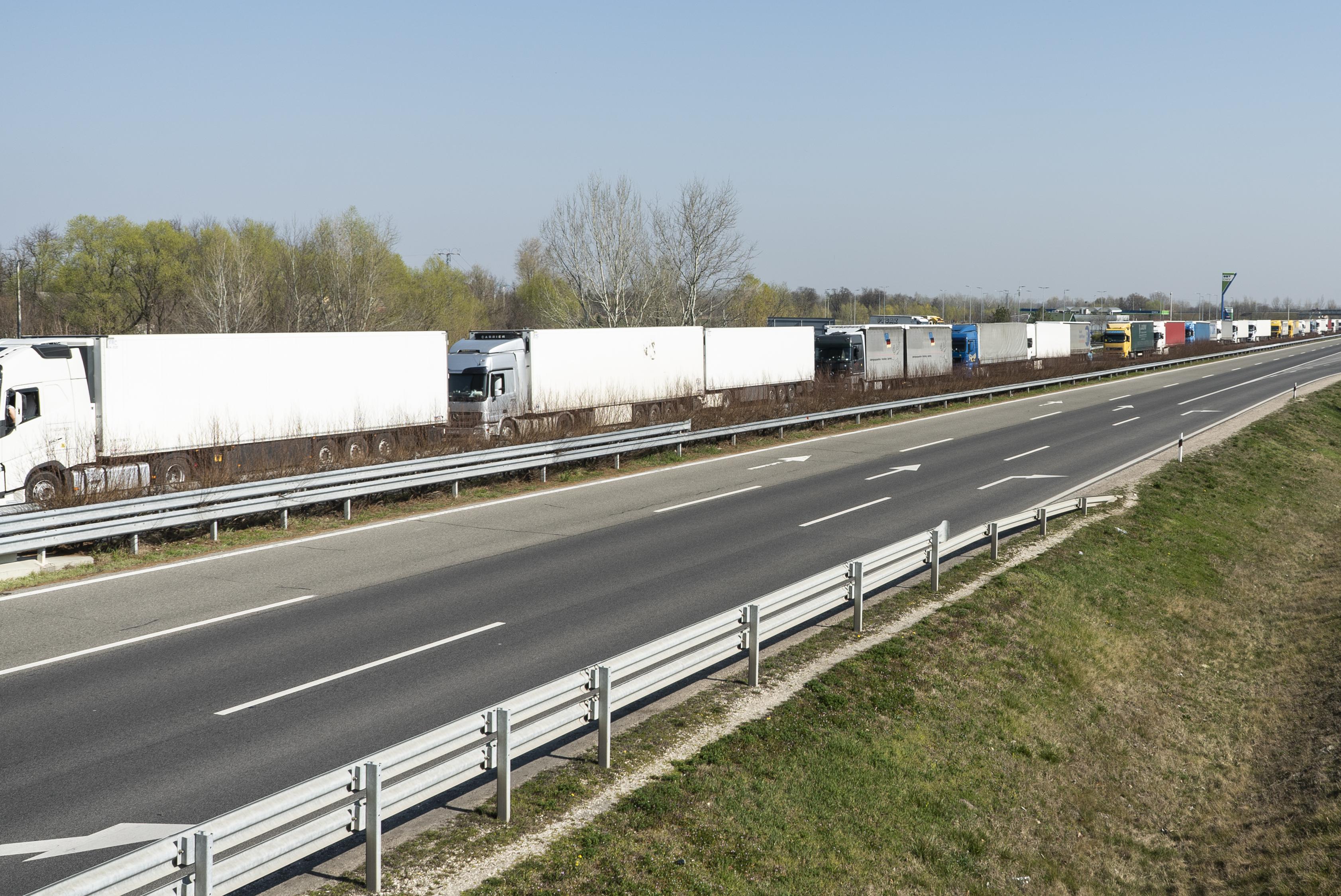 Száz közgazdász kéri a magyar kormányt, hogy jóval komolyabb gazdaságpolitikai intézkedéseket vezessenek be