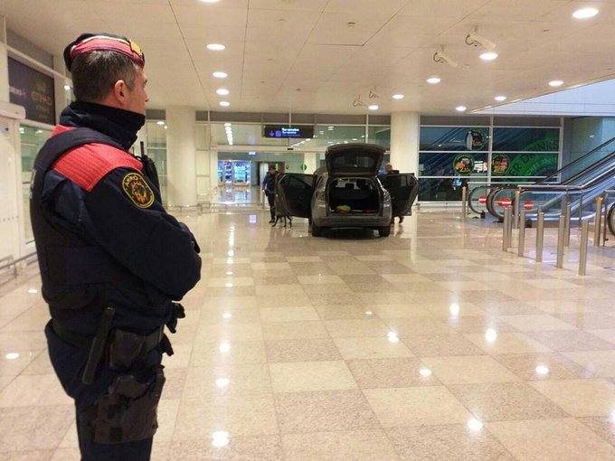 Autóval hajtott be két albán férfi a barcelonai reptér tök üres épületébe