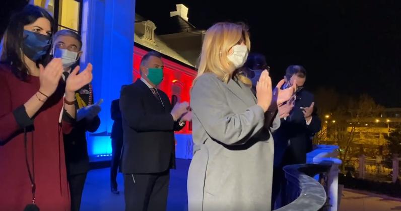 A szlovák államfő is csatlakozott azokhoz, akik este tapssal köszönték meg az egészségügyi dolgozók munkáját