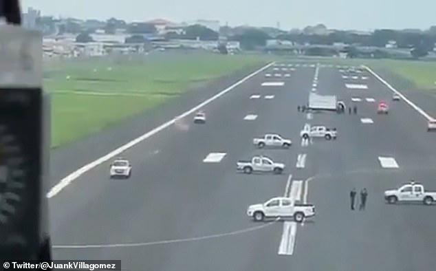 Rendőrautókkal állták el a leszállni akaró európai repülőgépek útját Ecuadorban