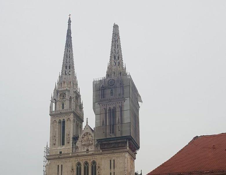 Földrengés: Leomlott a zágrábi katedrális egyik tornyának a csúcsa