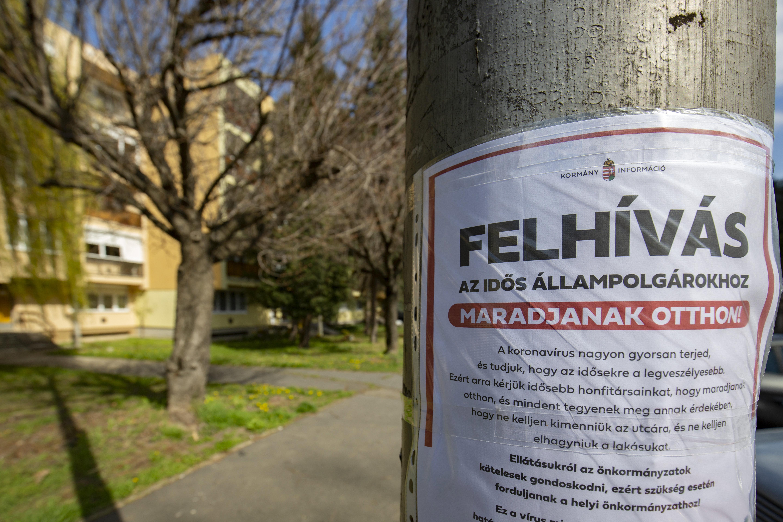 Ezekkel a plakátokkal figyelmeztetné a kormány az időseket, hogy maradjanak otthon