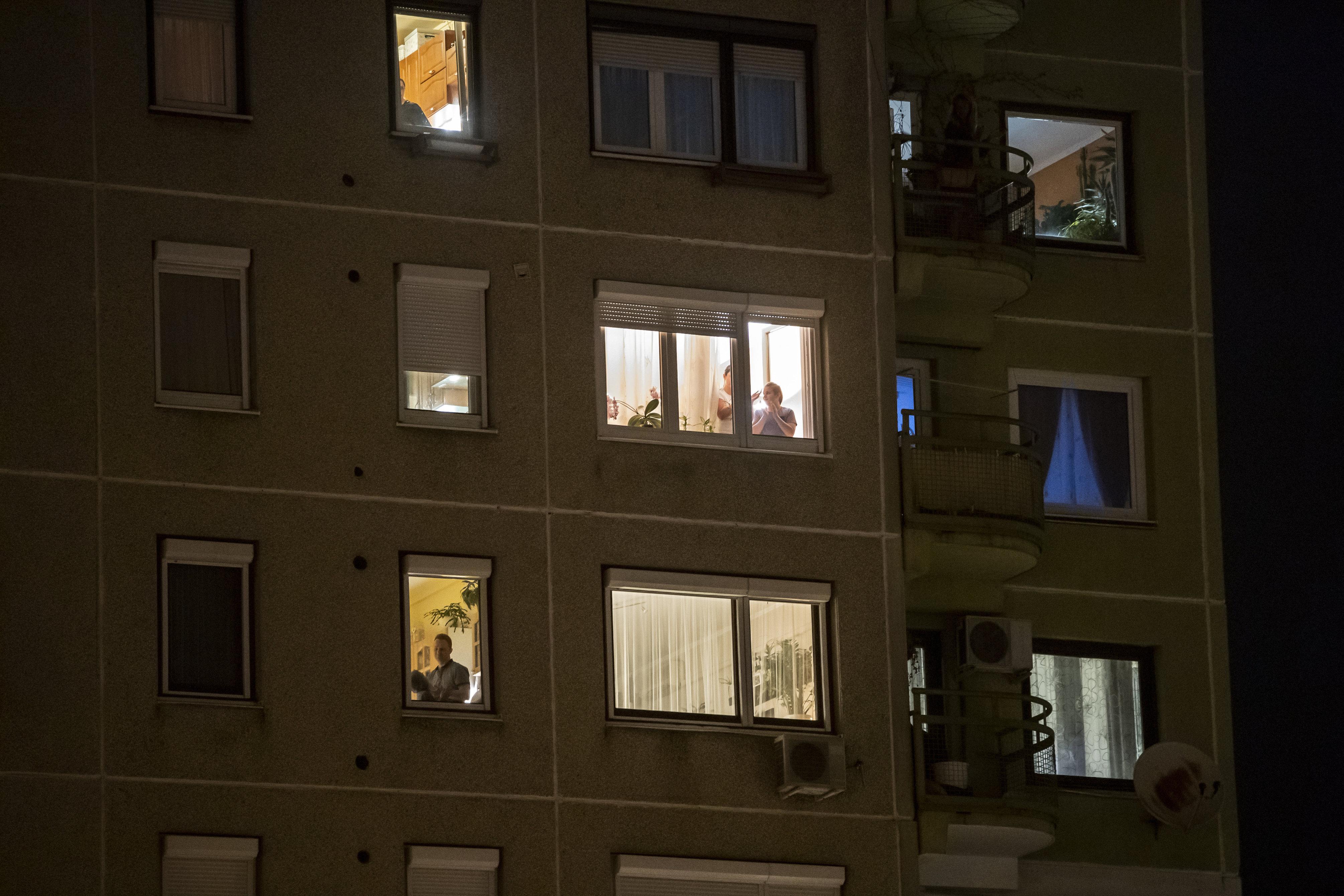 Itthon is elkezdték az ablakból megtapsolni az egészségügyi dolgozókat esténként