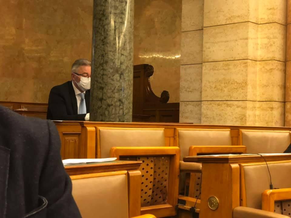 Elhagyta a karanténját, és bement a parlamentbe egy fideszes képviselő