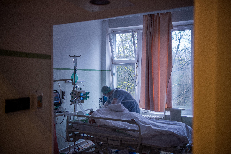 Egy köhögő, lázas beteg a kisvárdai kórház 3 részlegén is feküdt, mielőtt pozitív lett a koronavírustesztje