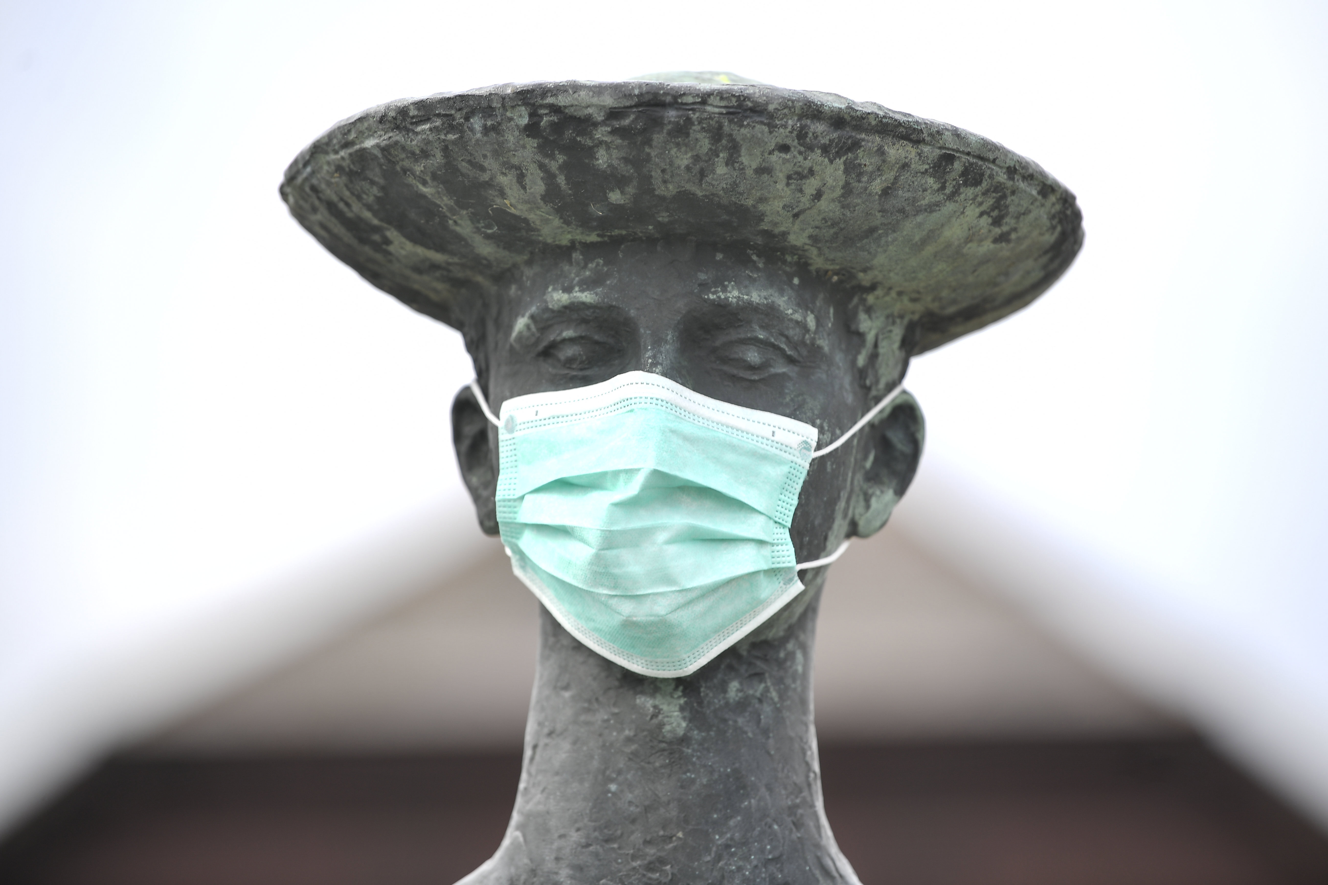 Hiába mondja sok gyakorló orvos az ellenkezőjét, a WHO továbbra is feleslegesnek tartja az egészségesek orvosimaszk-viselését