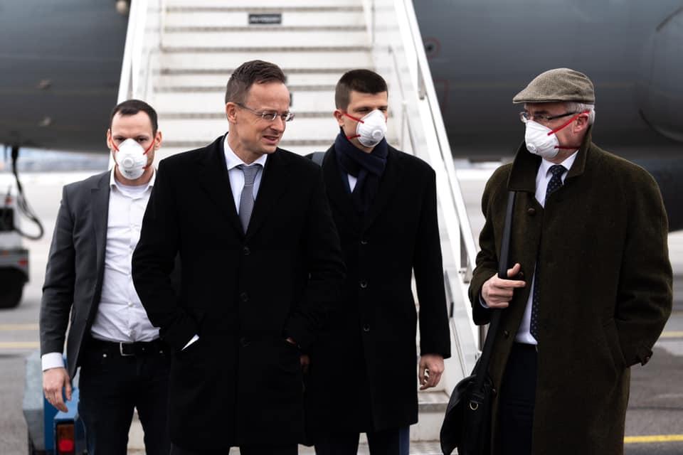 Szijjártó Péter megérkezett Bulgáriába, csak rajta nem volt maszk
