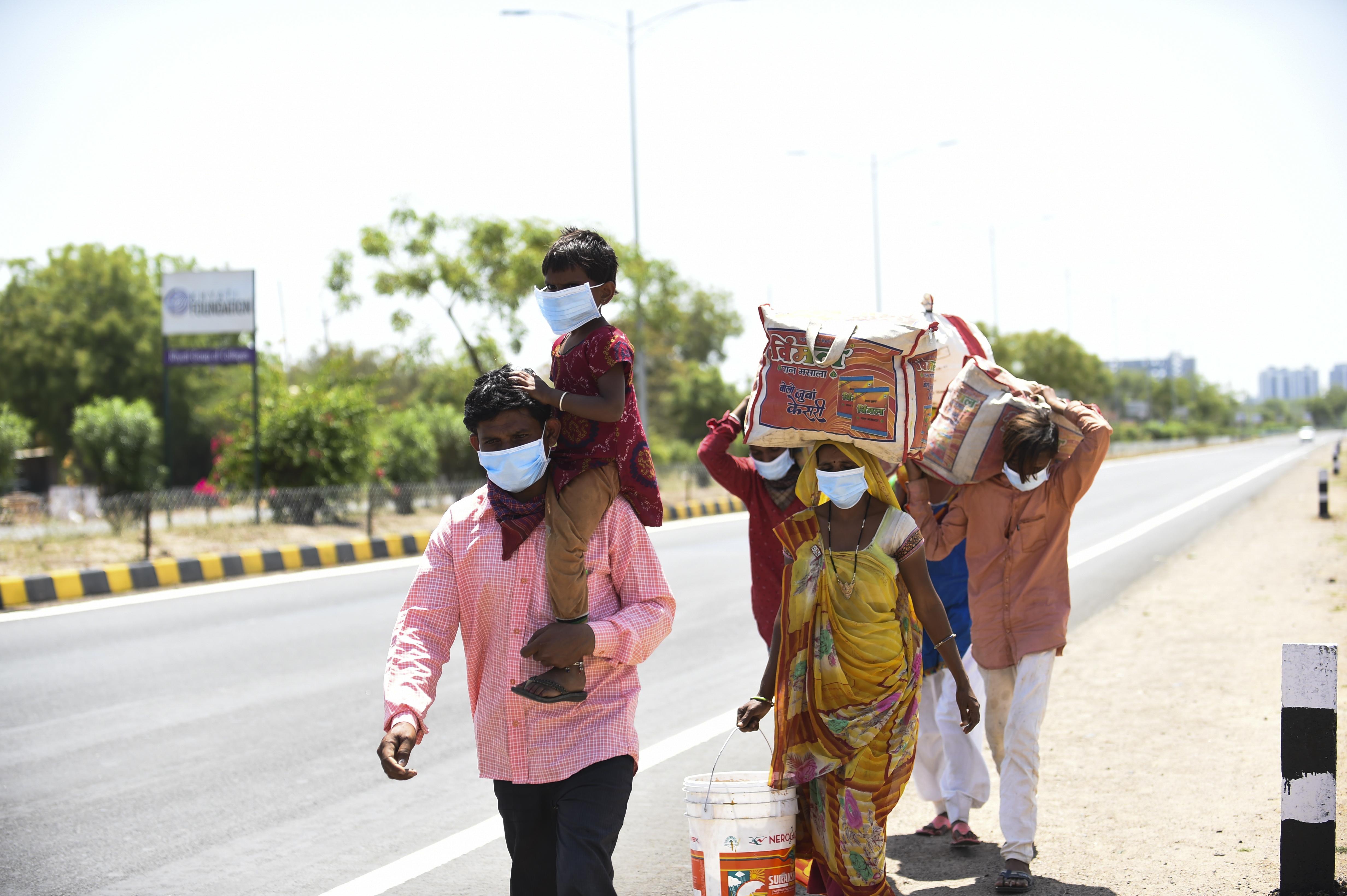 Indiaiak milliói gyalogolnak haza, miután a koronavírus miatt leállították a tömegközlekedést