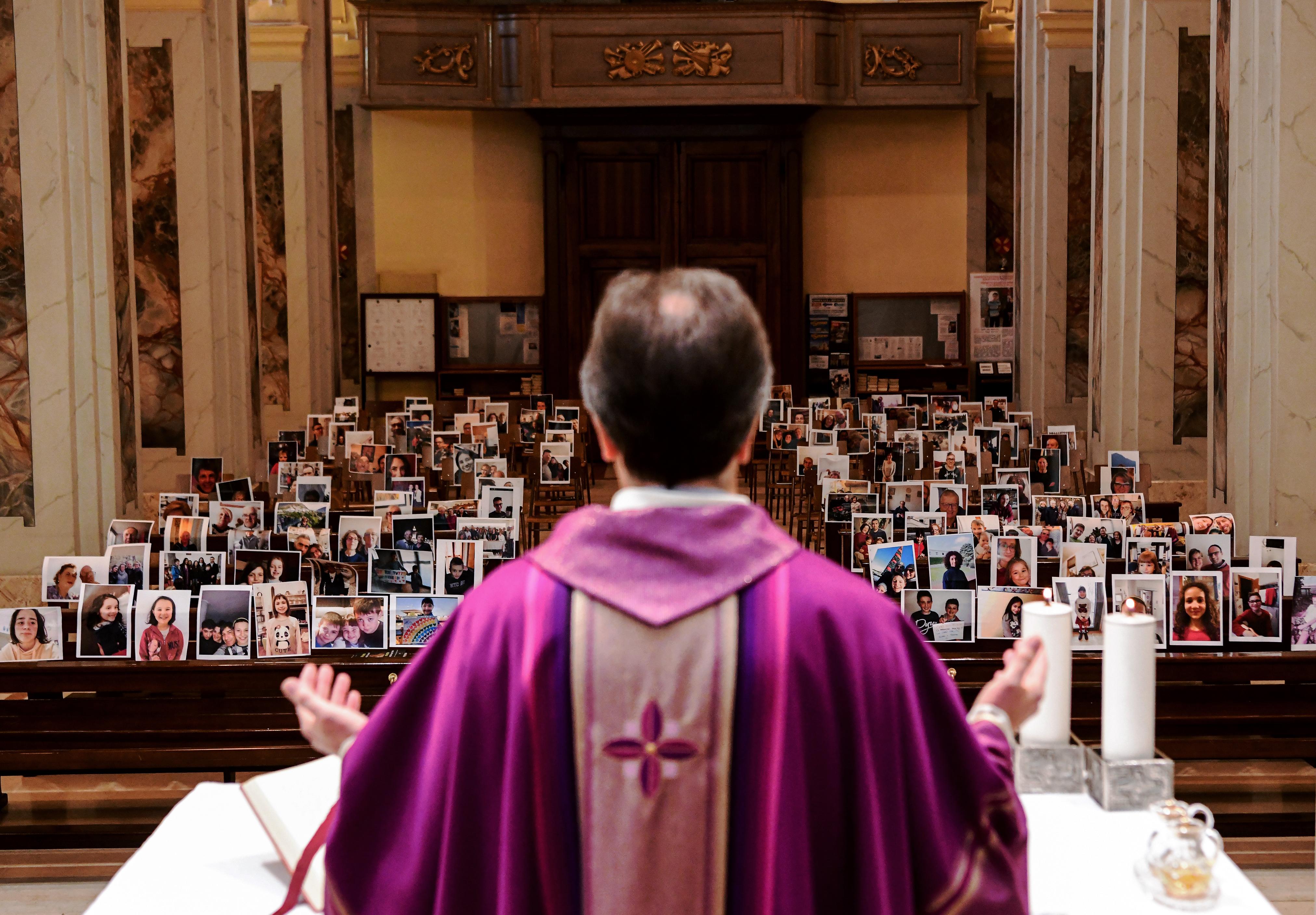 A vírus miatt megváltoztatják a magyar katolikus misék menetét, állítólag véglegesen