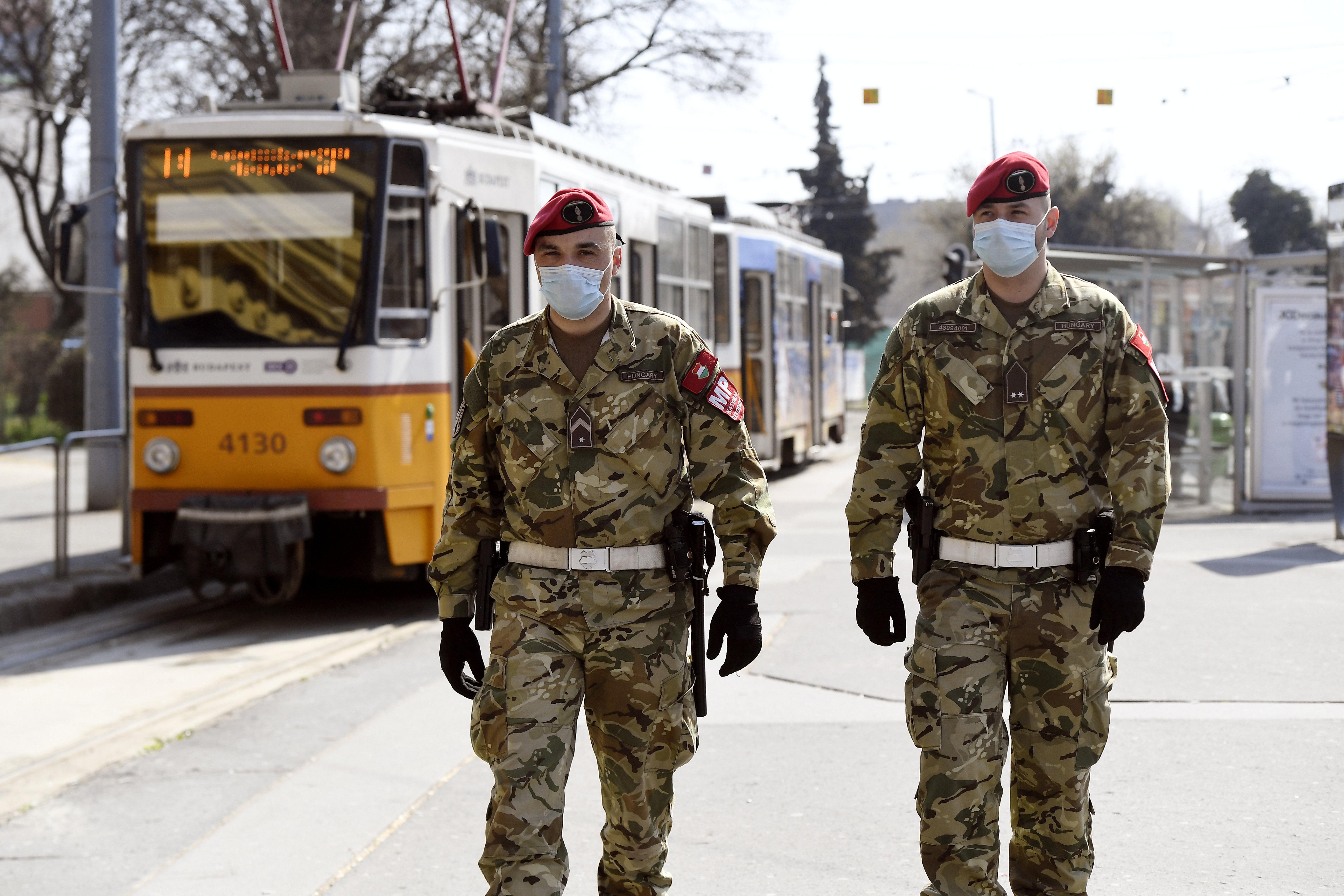 Újabb kormányrendeletek: túlórázhatnak a rendőrök, katonák, idősotthonban dolgozók
