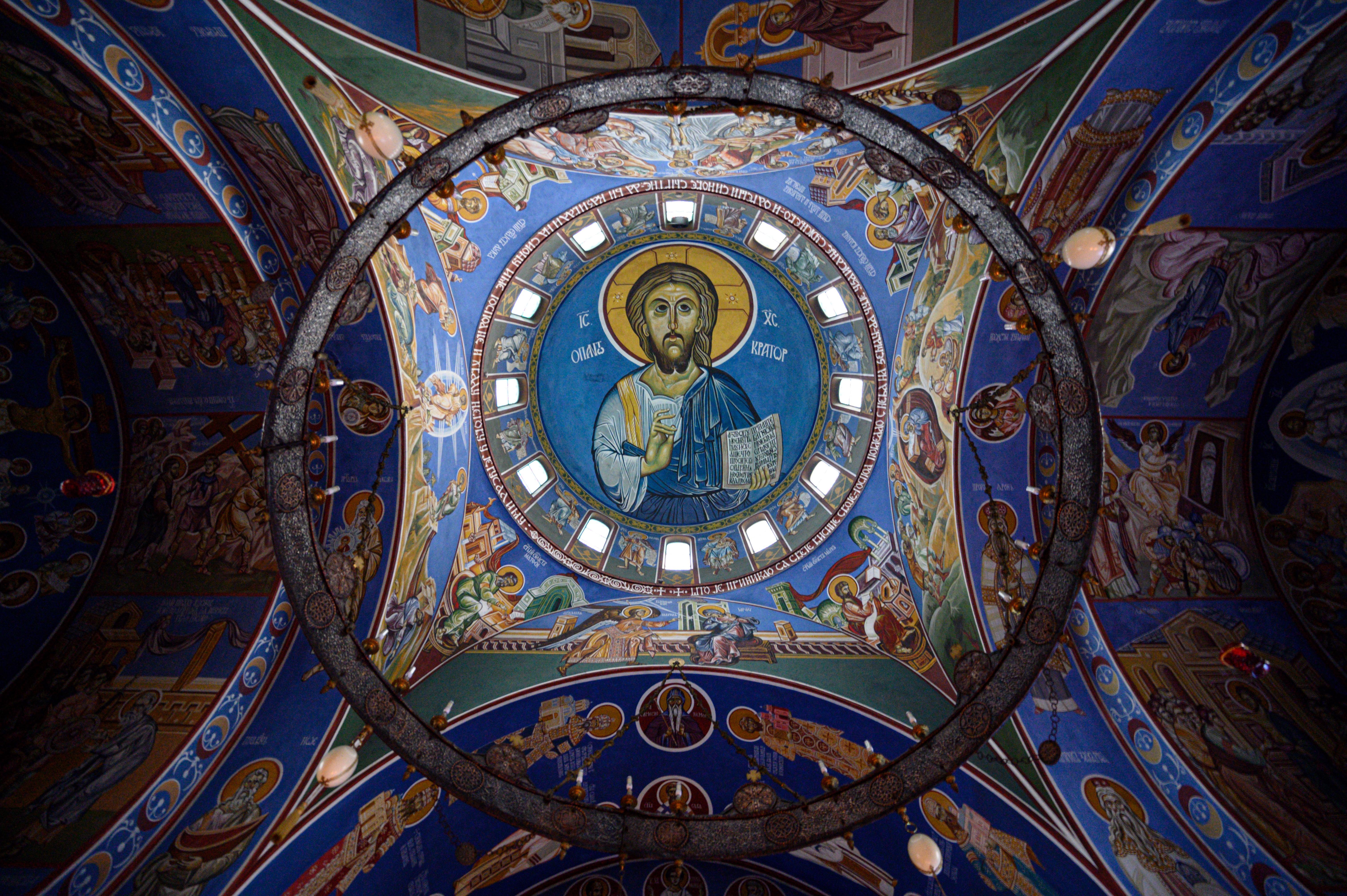 Egy püspök meghalt, és két pap is beteg, de a szerb ortodox egyház nem veszi figyelembe a Covid-19 elleni óvintézkedéseket