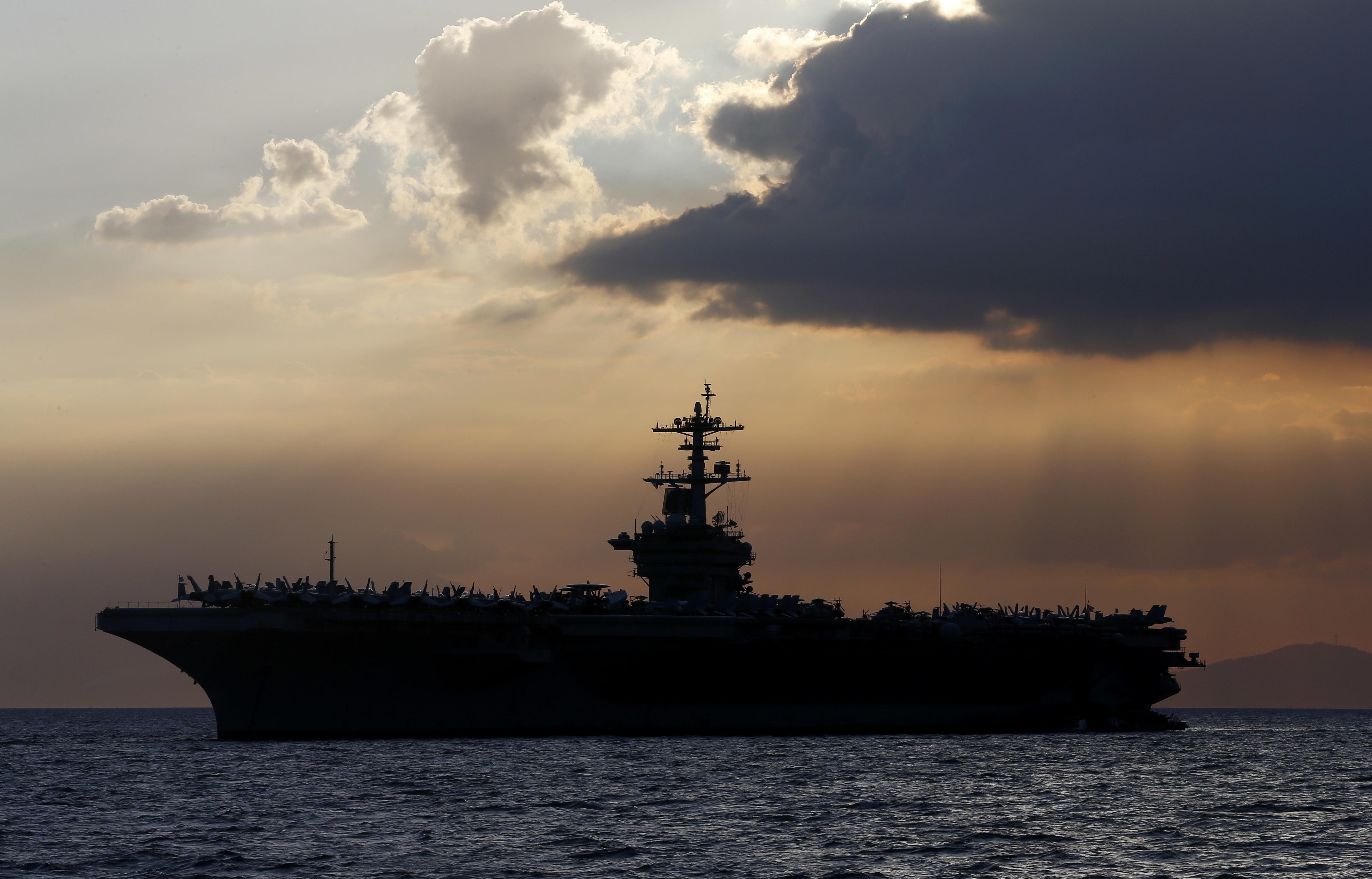 Lemondott az amerikai haditengerészeti államtitkár, miután kirúgta a koronavírustól tartó hadihajó-kapitányt, akinek az emberei megfertőződtek