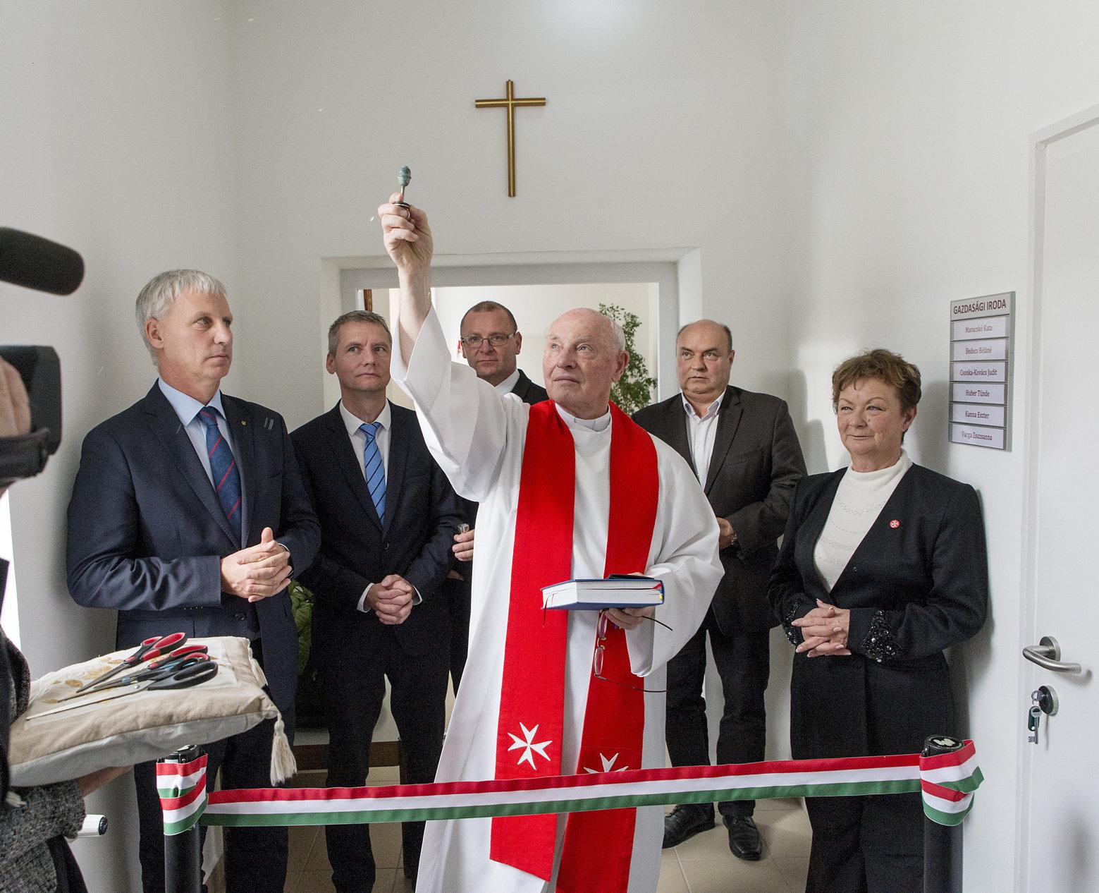Közel harminc ingatlant adna át ingyen a kormány az egyházaknak