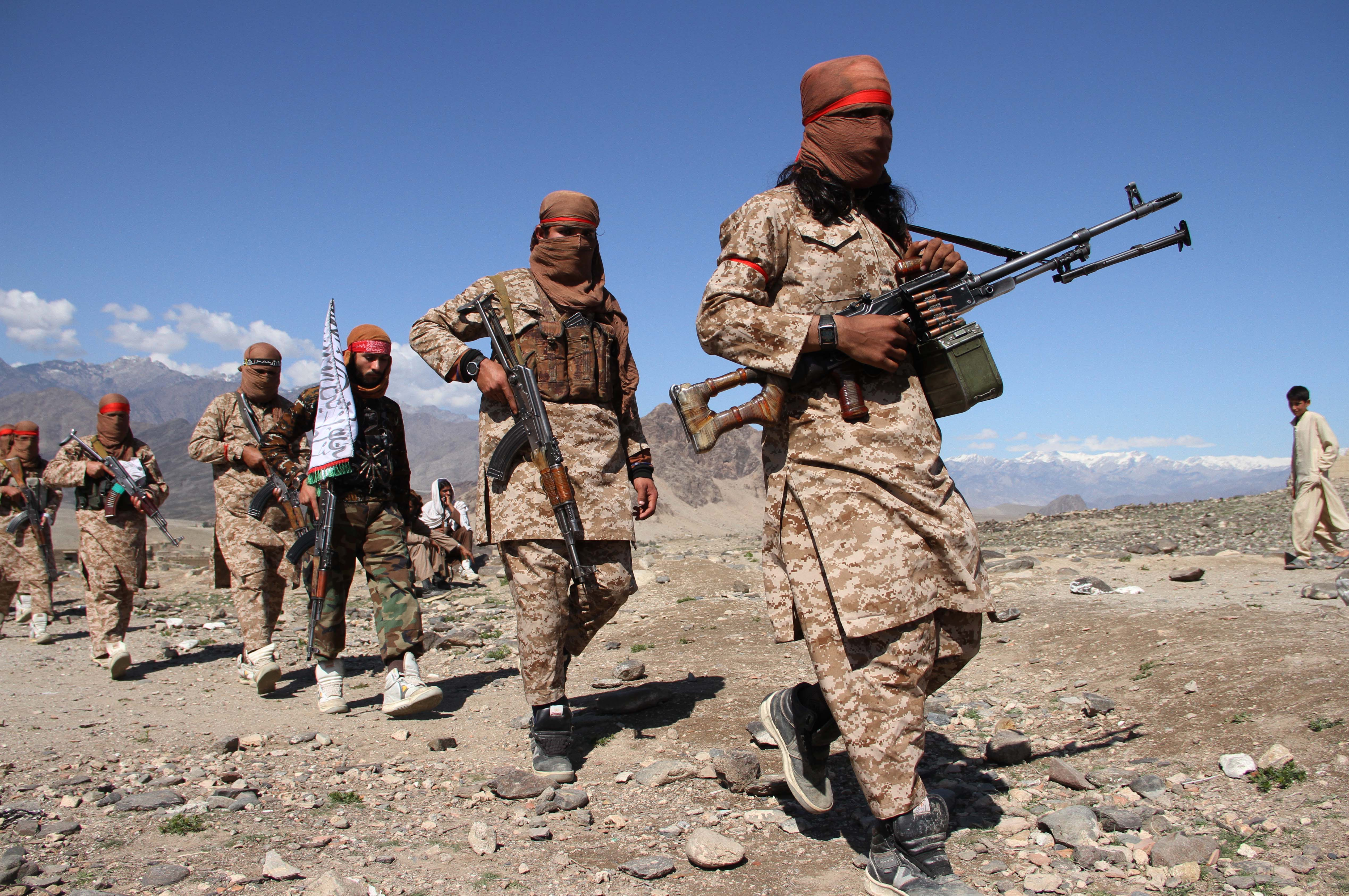 Egy afgán tini és kisöccse megölt két tálib katonát