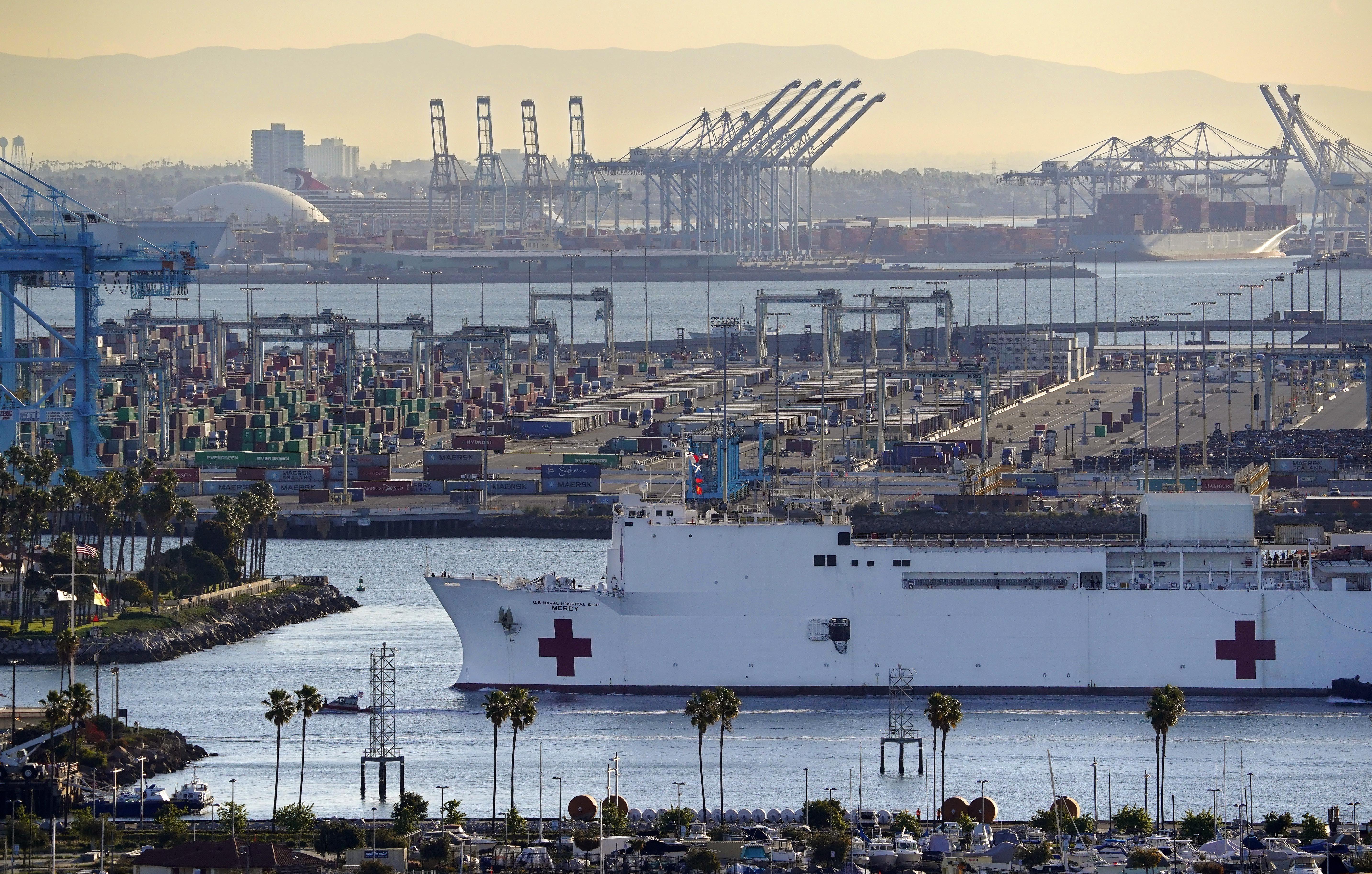 Vonattal próbált nekihajtani az amerikai haditengerészet kórházhajójának egy gyanakvó vasutas