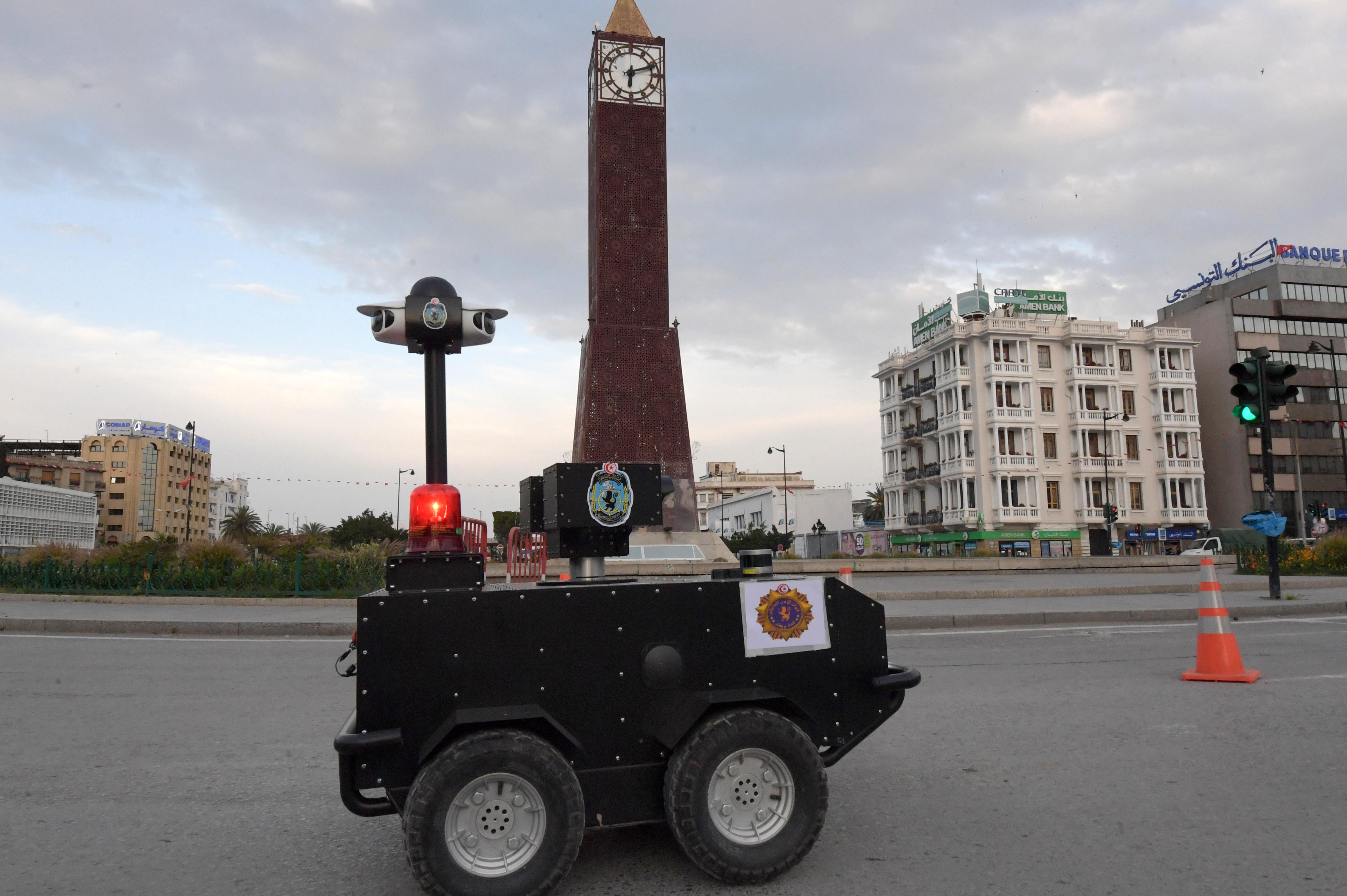 Tunéziában robotrendőrrel ellenőrzik a kijárási korlátozások betartását