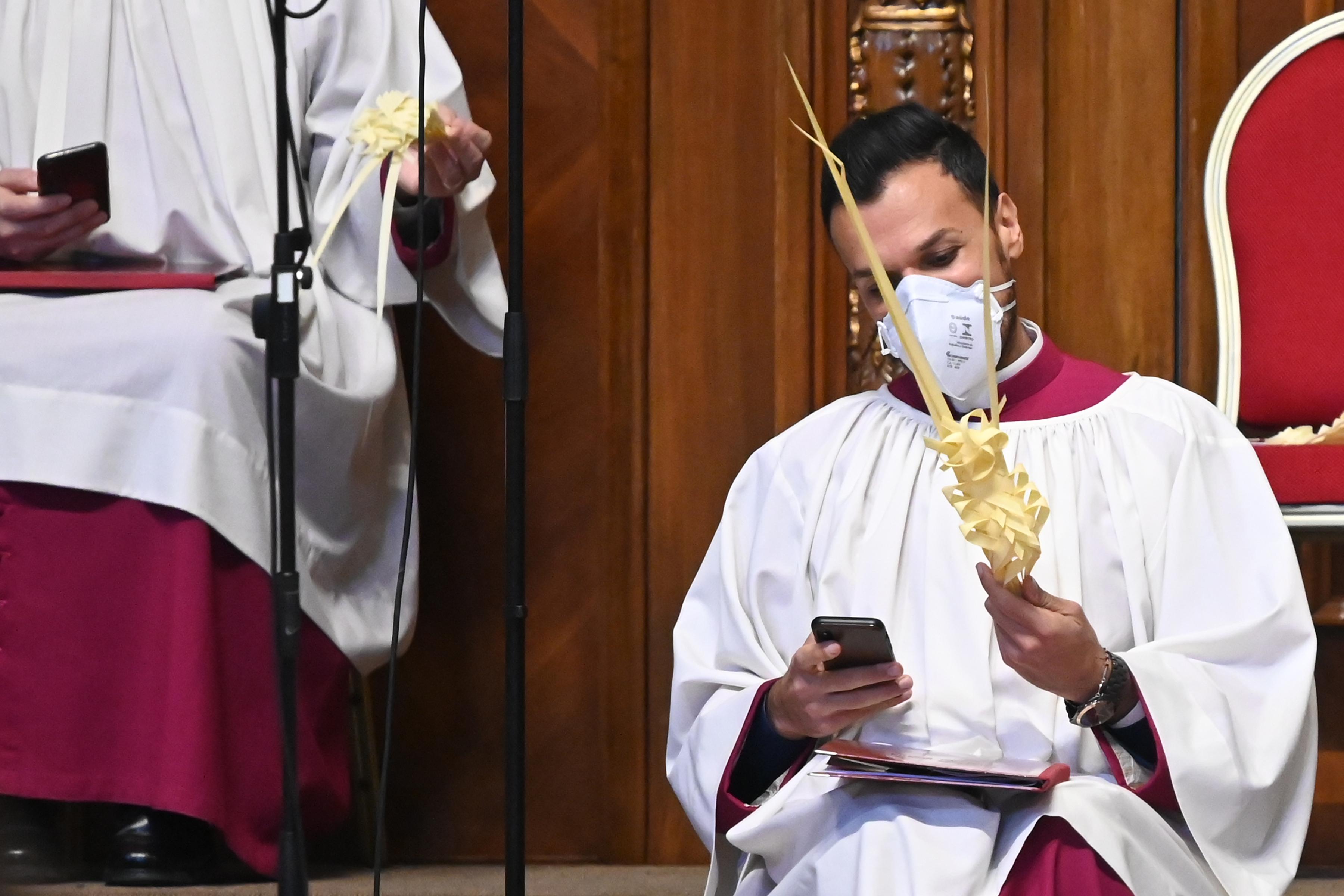 Zárnak a templomok, online misézés lesz