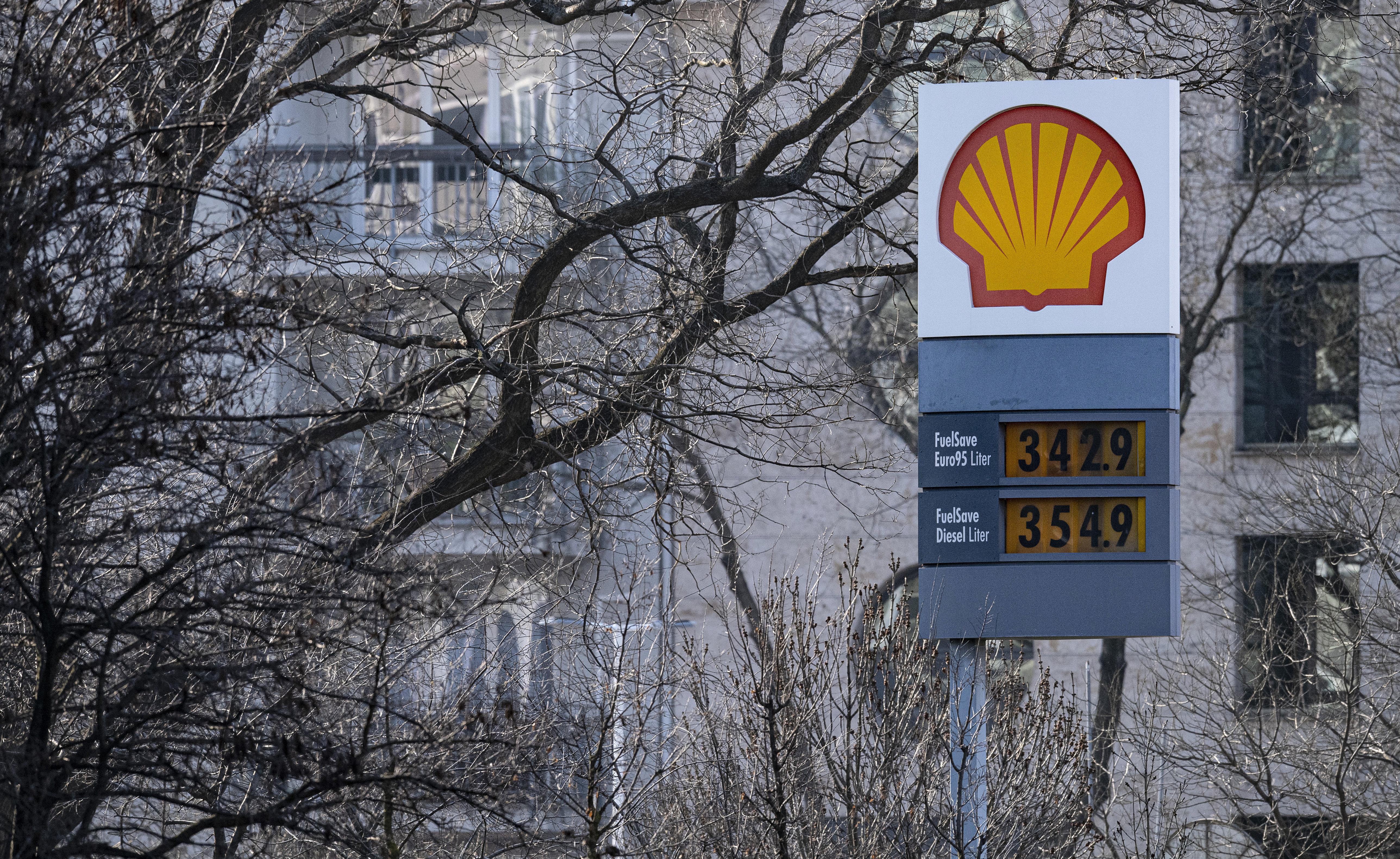 Ebben az évszázadban még soha nem zuhant ekkorát a benzin ára