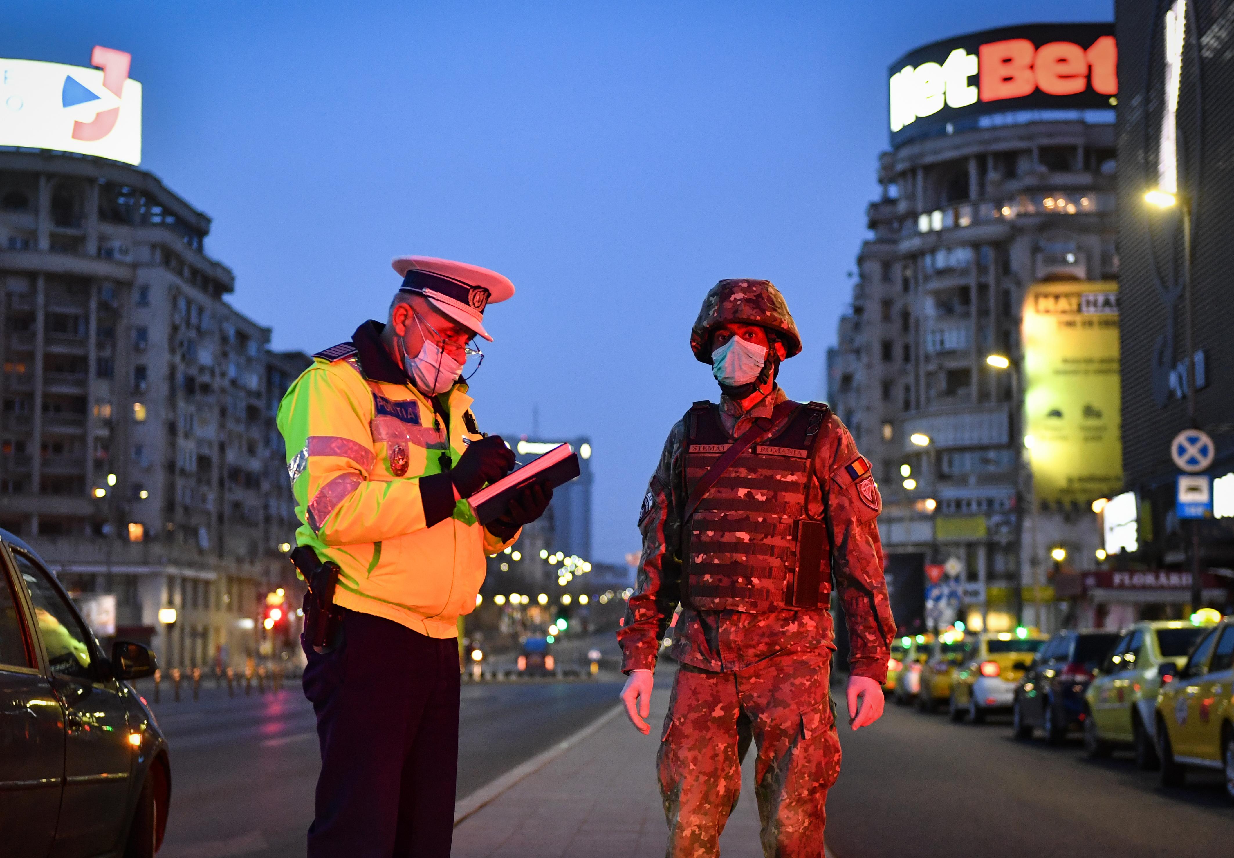 Május közepétől Romániában szabadon lehet mozogni, de kötelező lesz a maszk a zárt tereken és a közlekedési járműveken