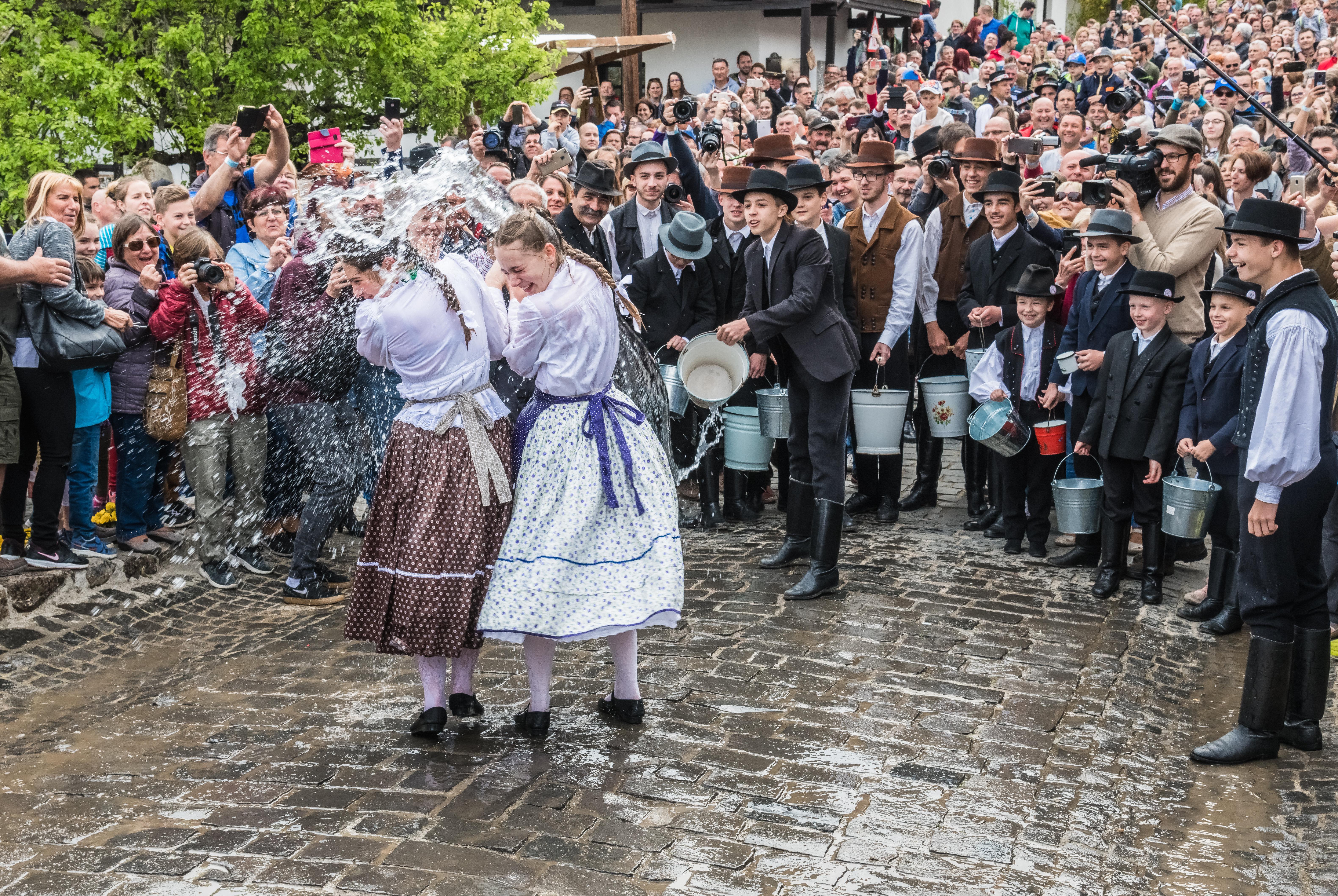 Sorra jelentik be a települések a korlátozásokat a húsvéti turistaroham ellen