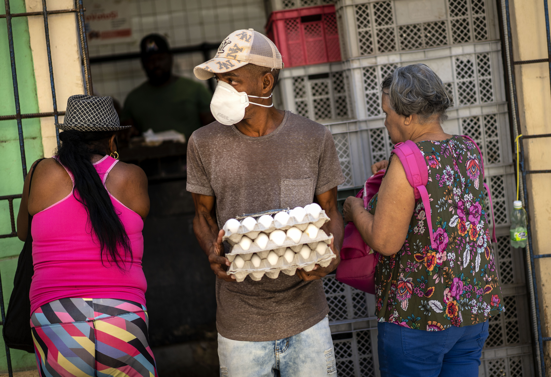 Kubában fogy az élelmiszer, az emberek 100 méteres sorokban állnak