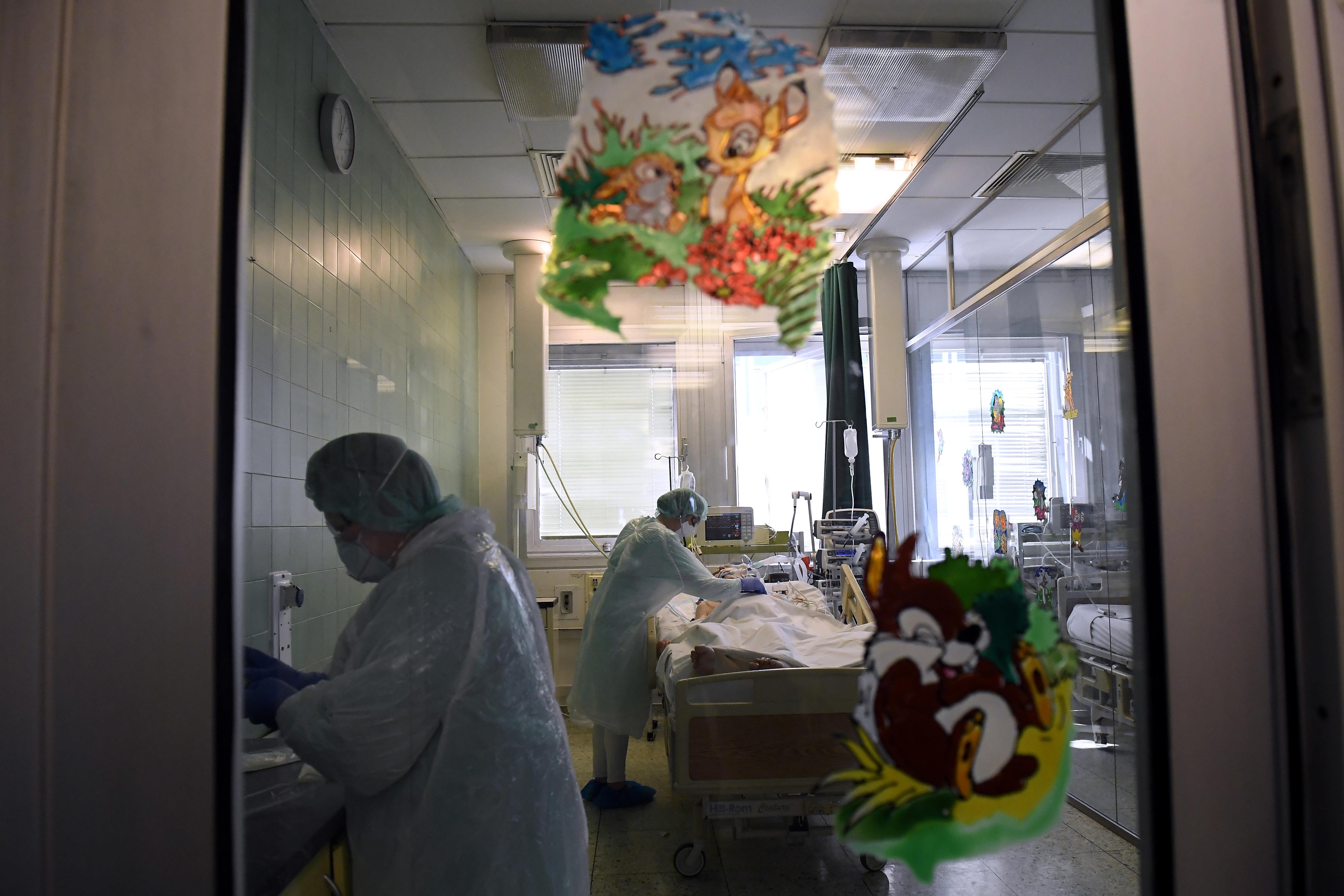 Nyugtatókat kevert a hároméves kislánya cumisüvegébe, hogy felvetesse a kórházba