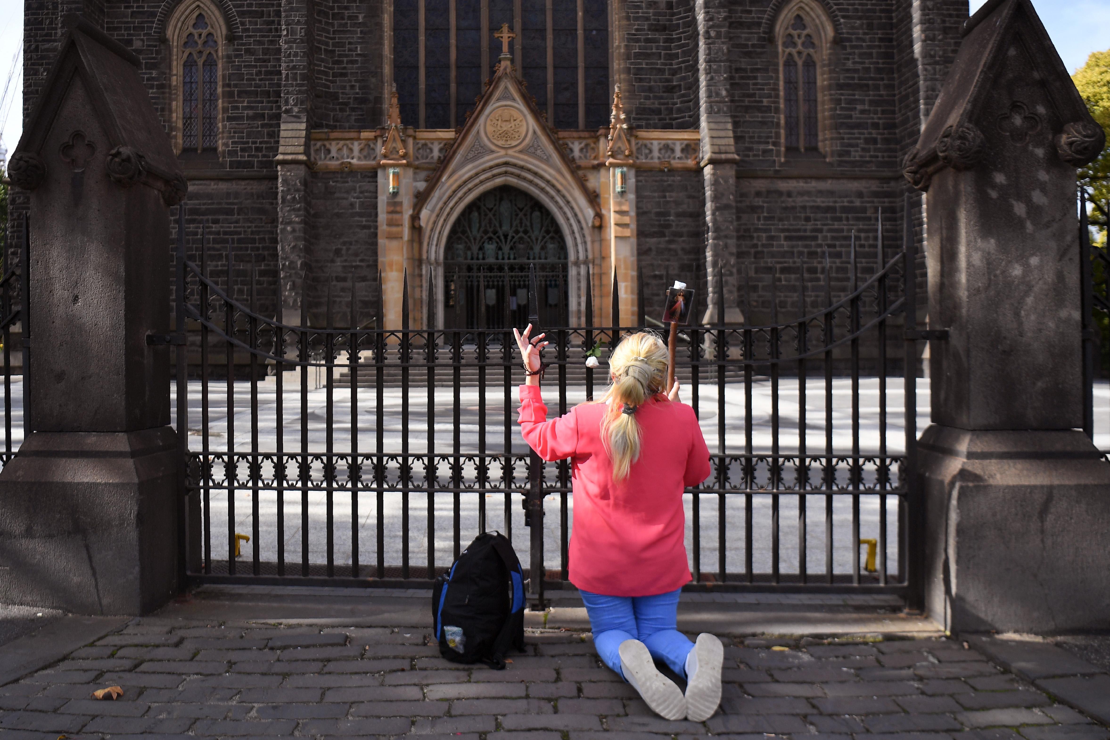 """Zugmisék Angliában: """"Polgári engedetlenségből"""" a tilalom ellenére is tartanak csoportos istentiszteleteket"""